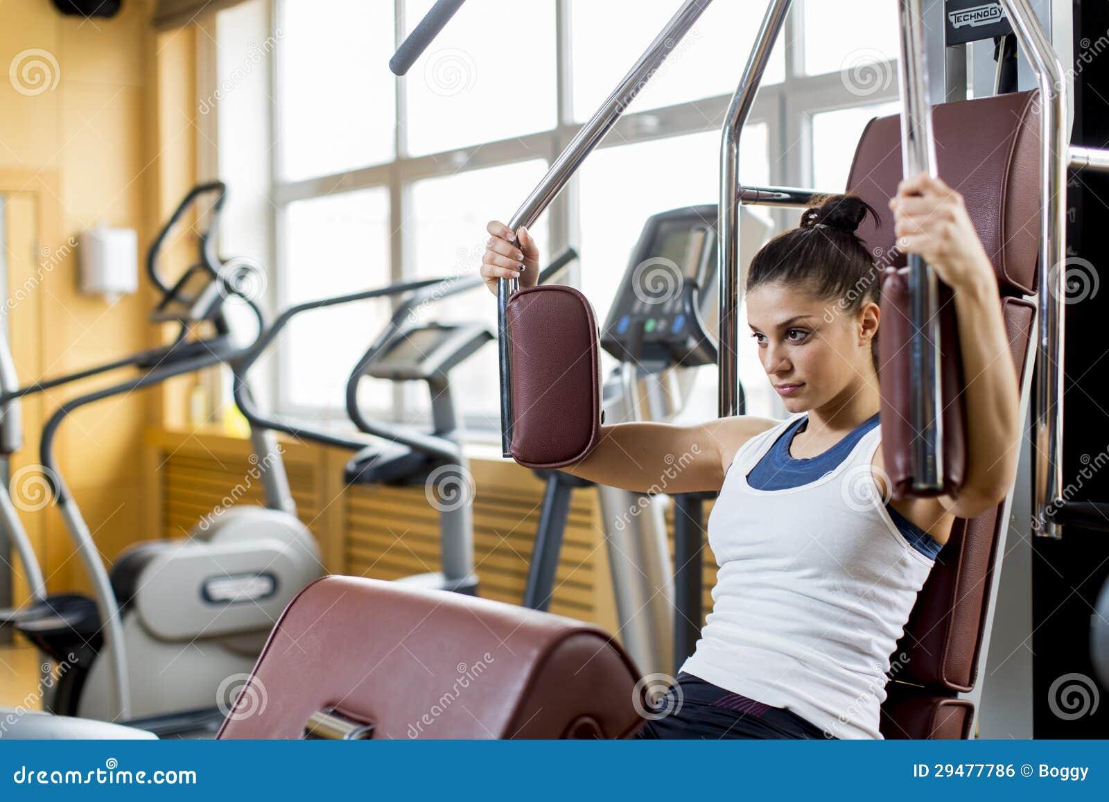 Mujer joven en el gimnasio imagen de archivo libre de for En el gimnasio