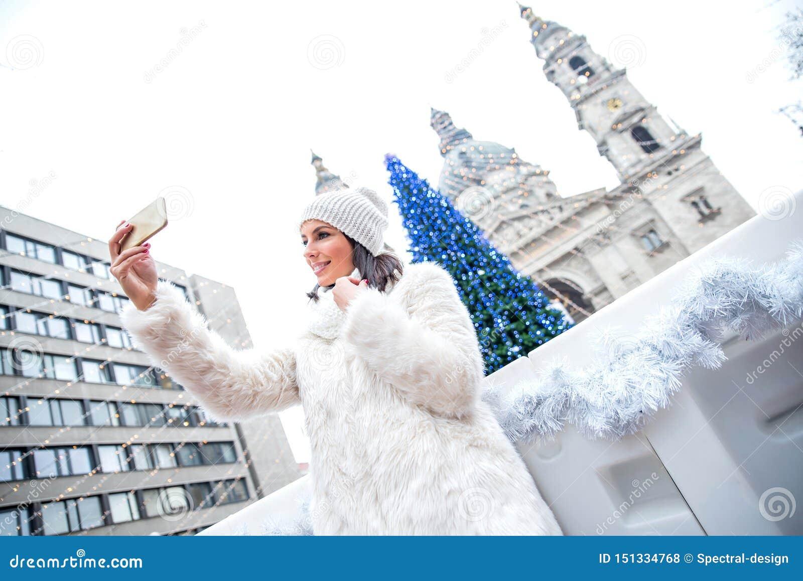 Mujer joven en el mercado de la Navidad
