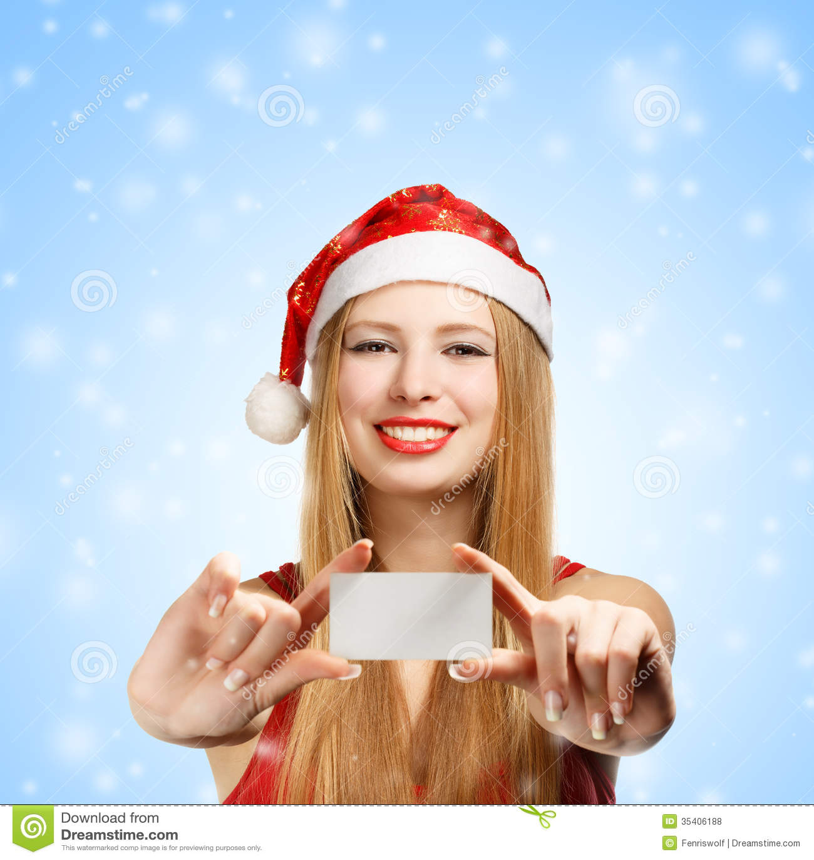 Mujer joven en el sombrero de Papá Noel con la tarjeta de felicitación de  la Navidad 7e0ccb87a57