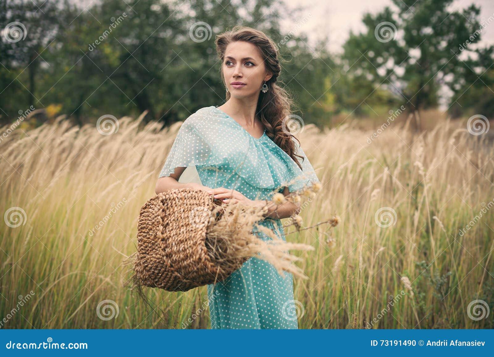 Mujer joven en el trigo de oro, verano