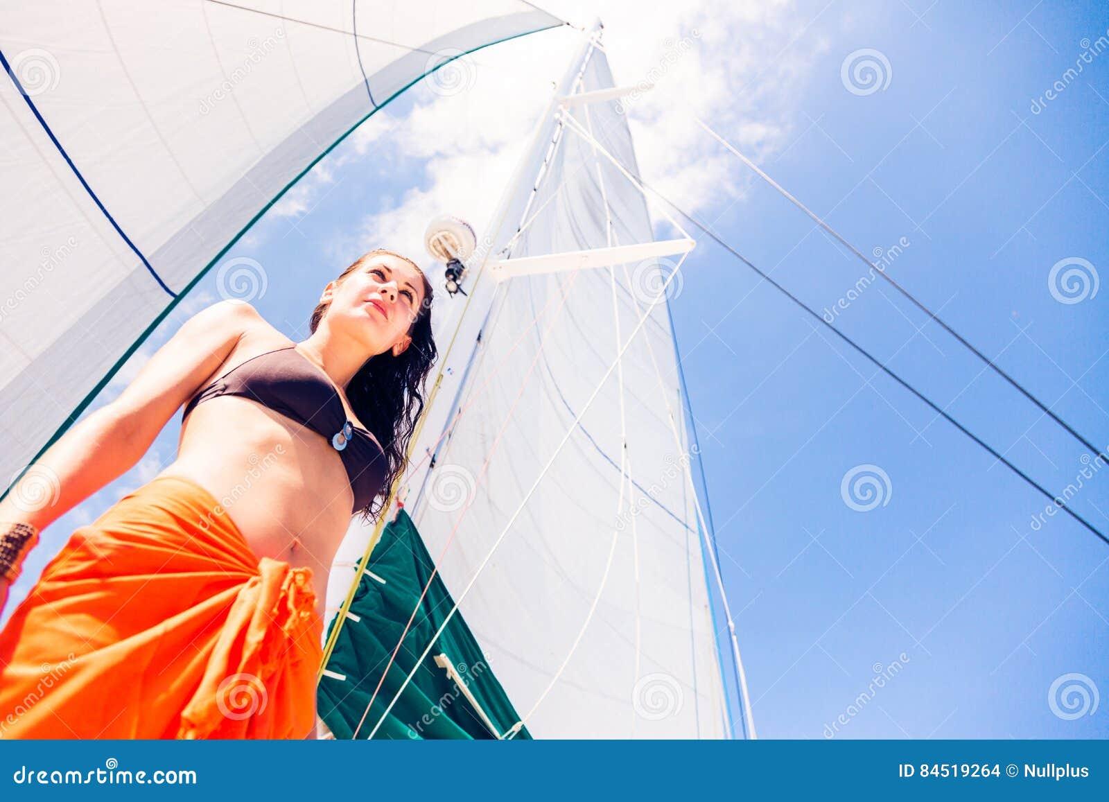 Mujer joven en el velero