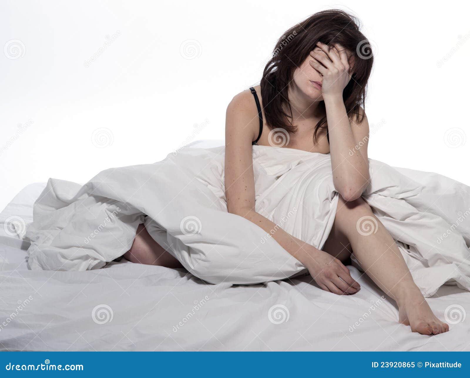 Resultado de imagen de sentada en la cama