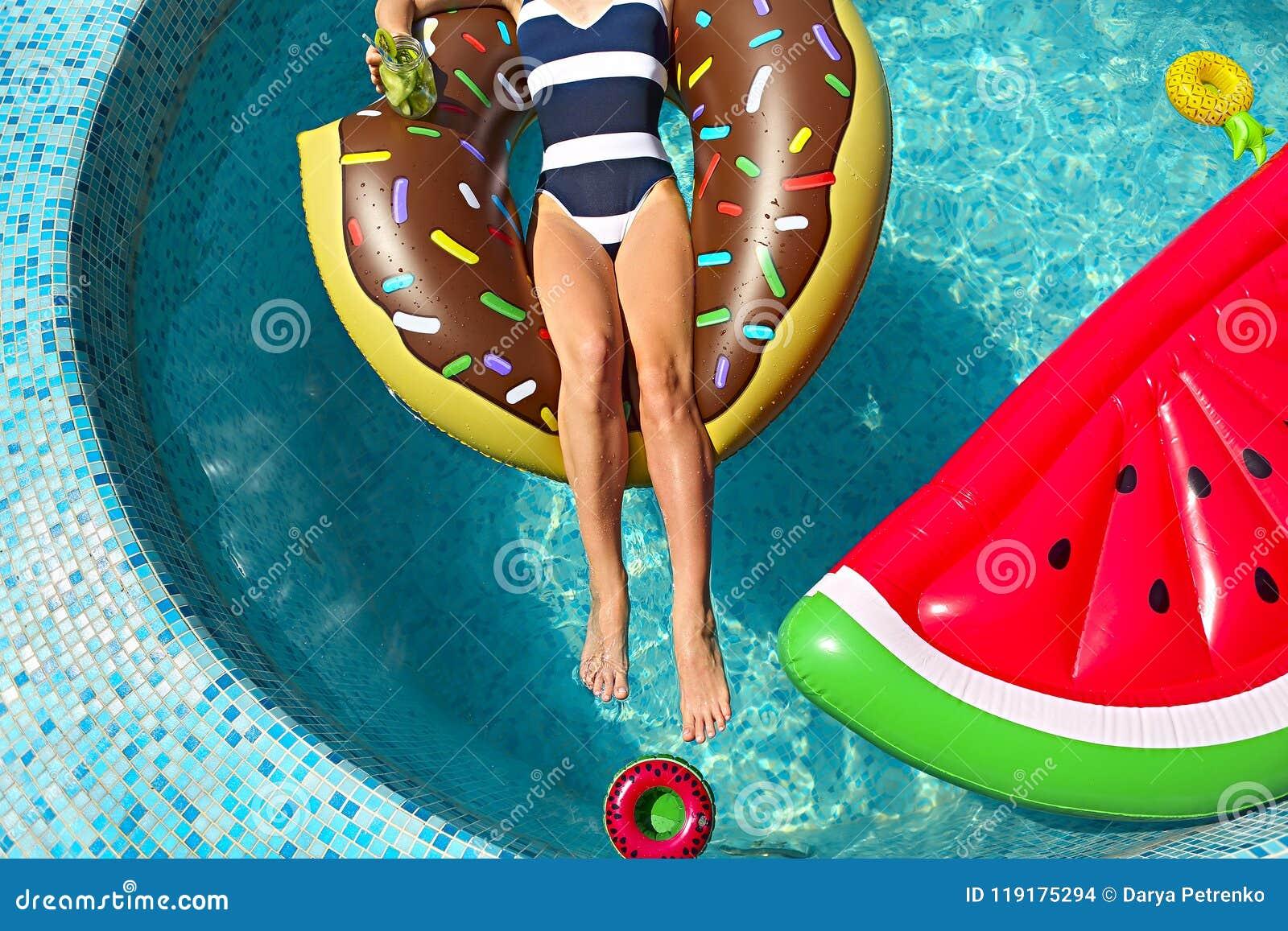 Mujer joven en la fiesta en la piscina del verano
