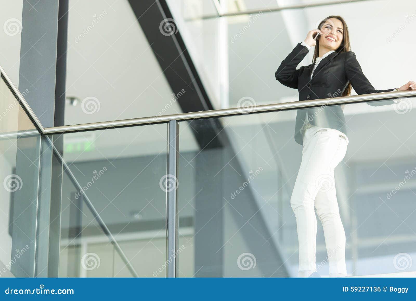 Download Mujer joven en la oficina foto de archivo. Imagen de standing - 59227136