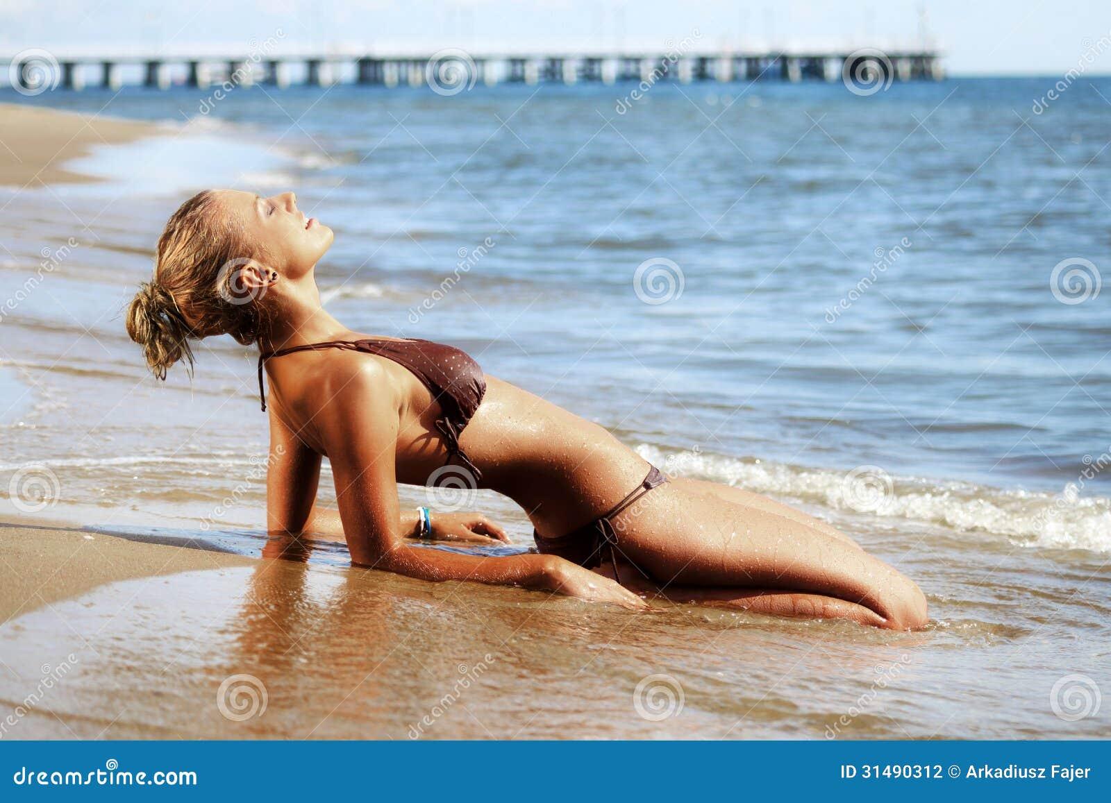Mujer joven en la orilla de mar.