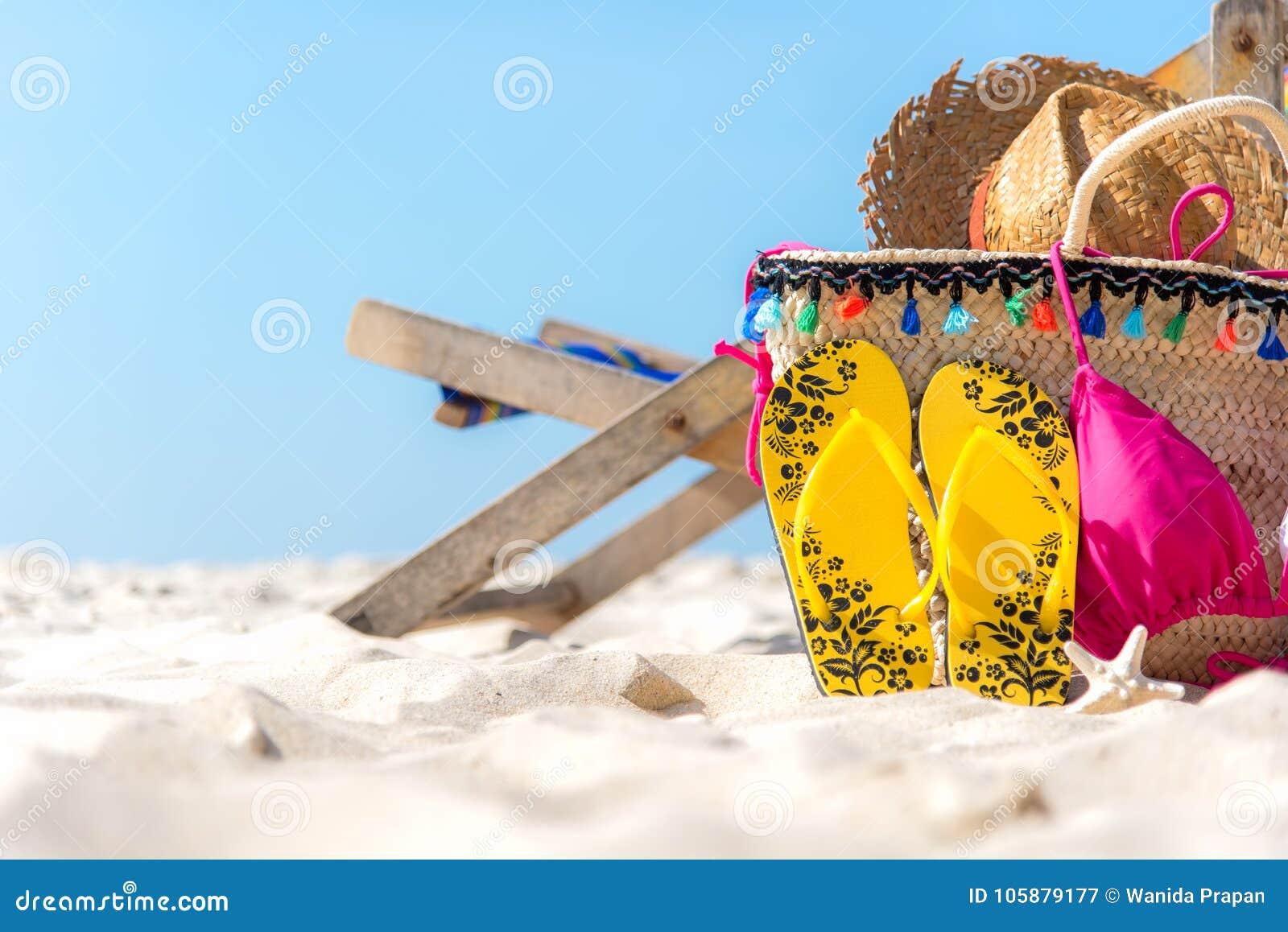 Mujer joven en la playa de la isla de Formentera El bikini y los balanceos, sombrero, pescado protagonizan y empaquetan cerca de
