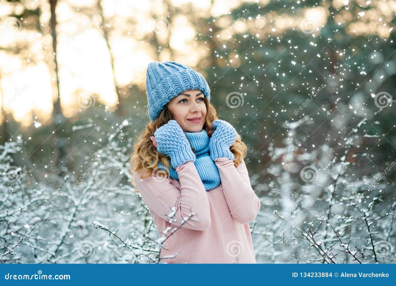 7dd53ac63eb5 Mujer Joven En Paisaje Sonriente Del Invierno De Los Accesorios ...