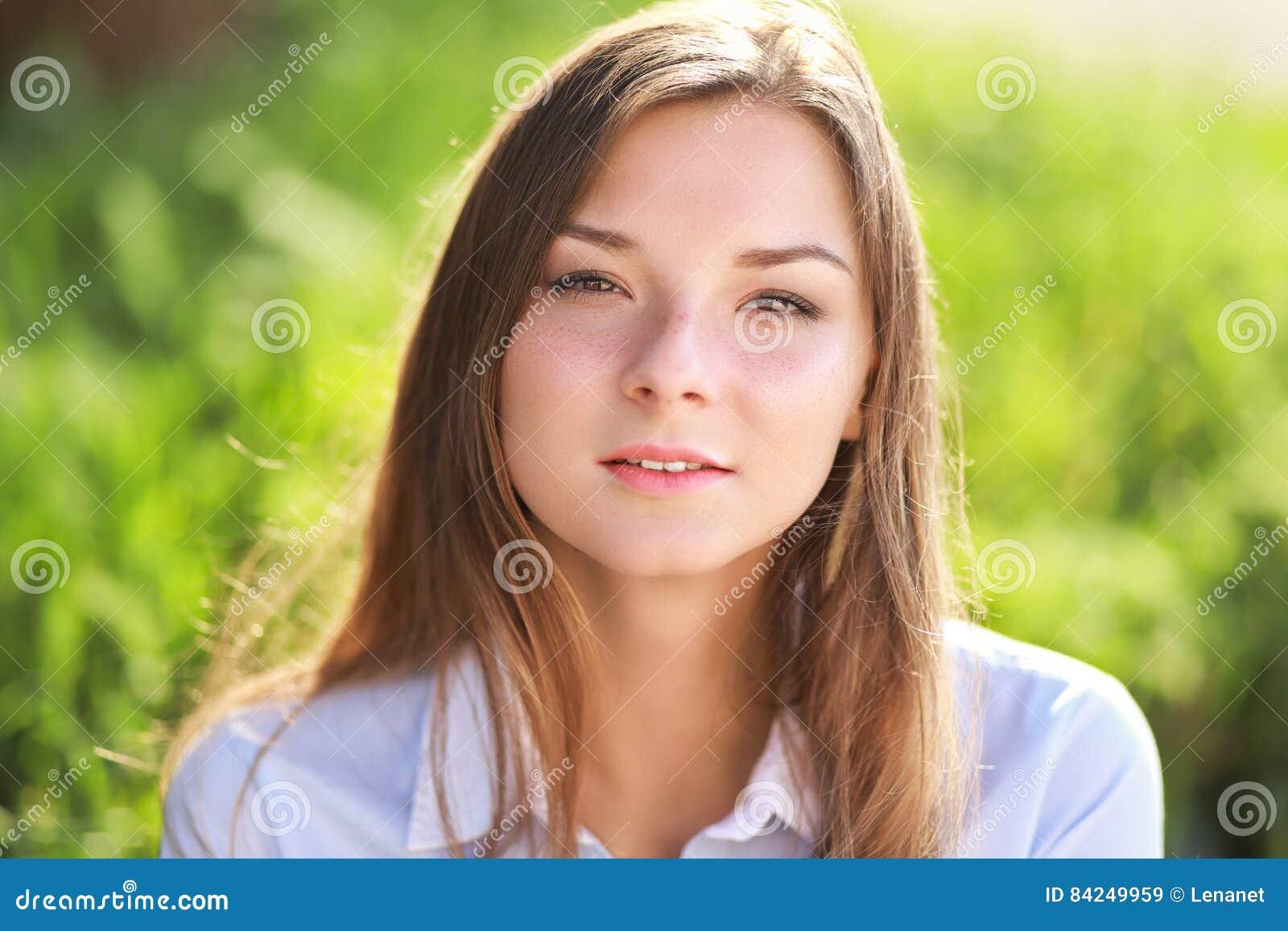 Mujer joven en parque verde