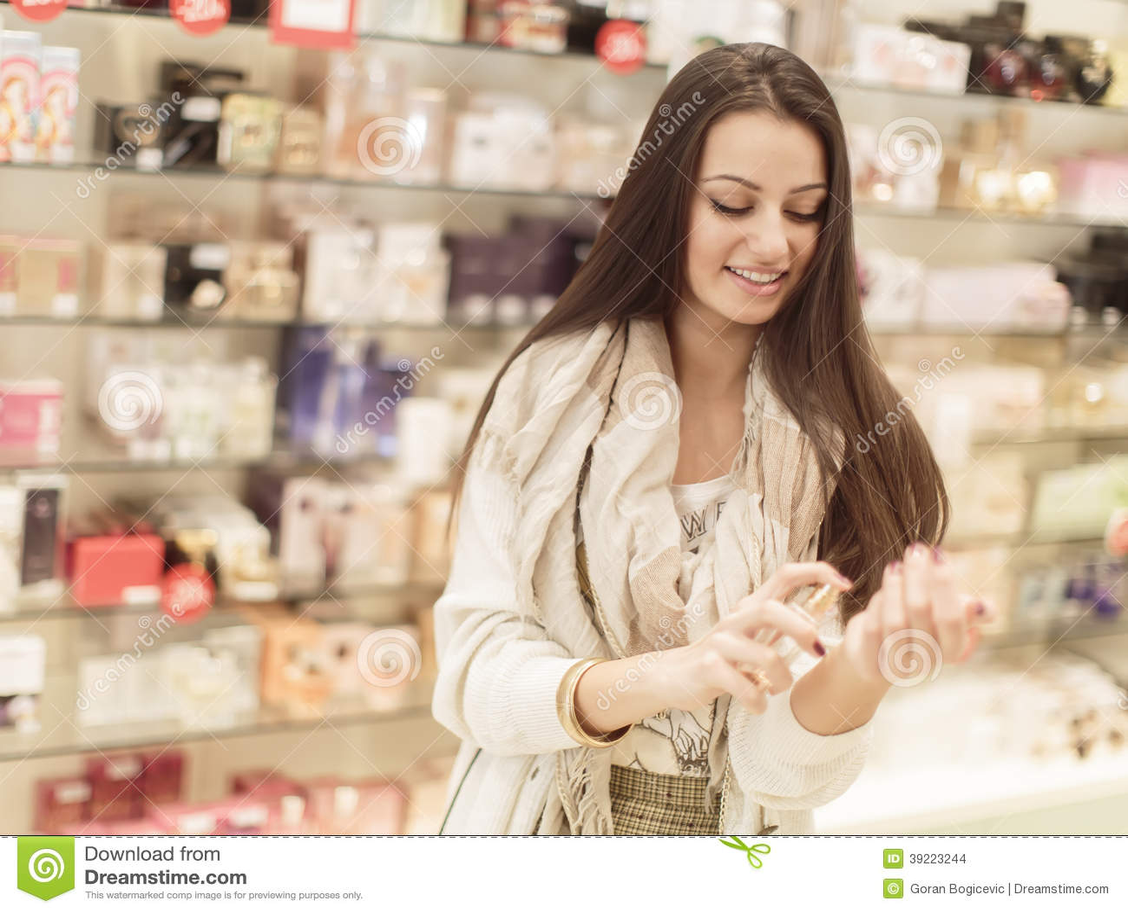 Mujer joven en perfumería
