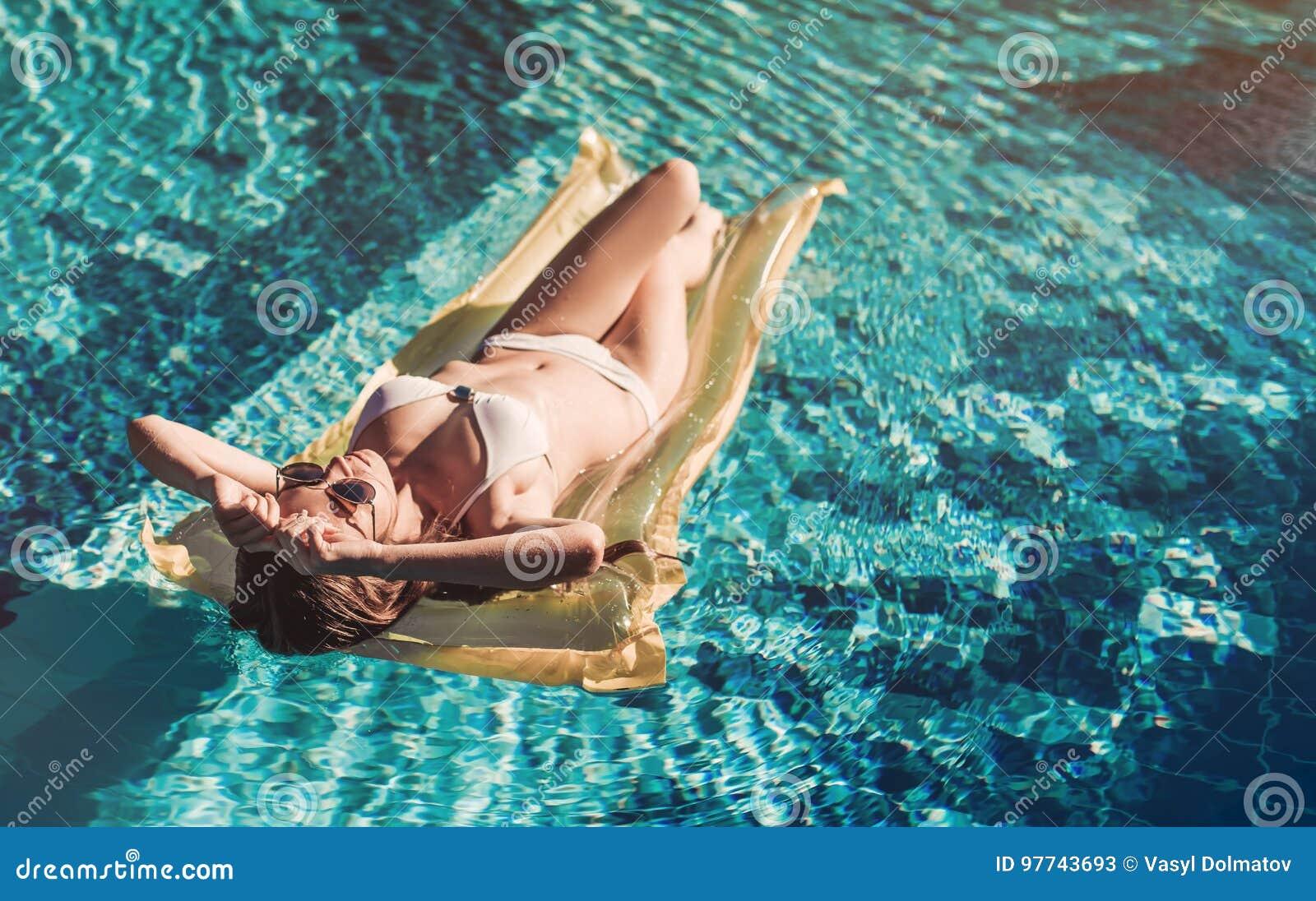 Mujer joven en piscina