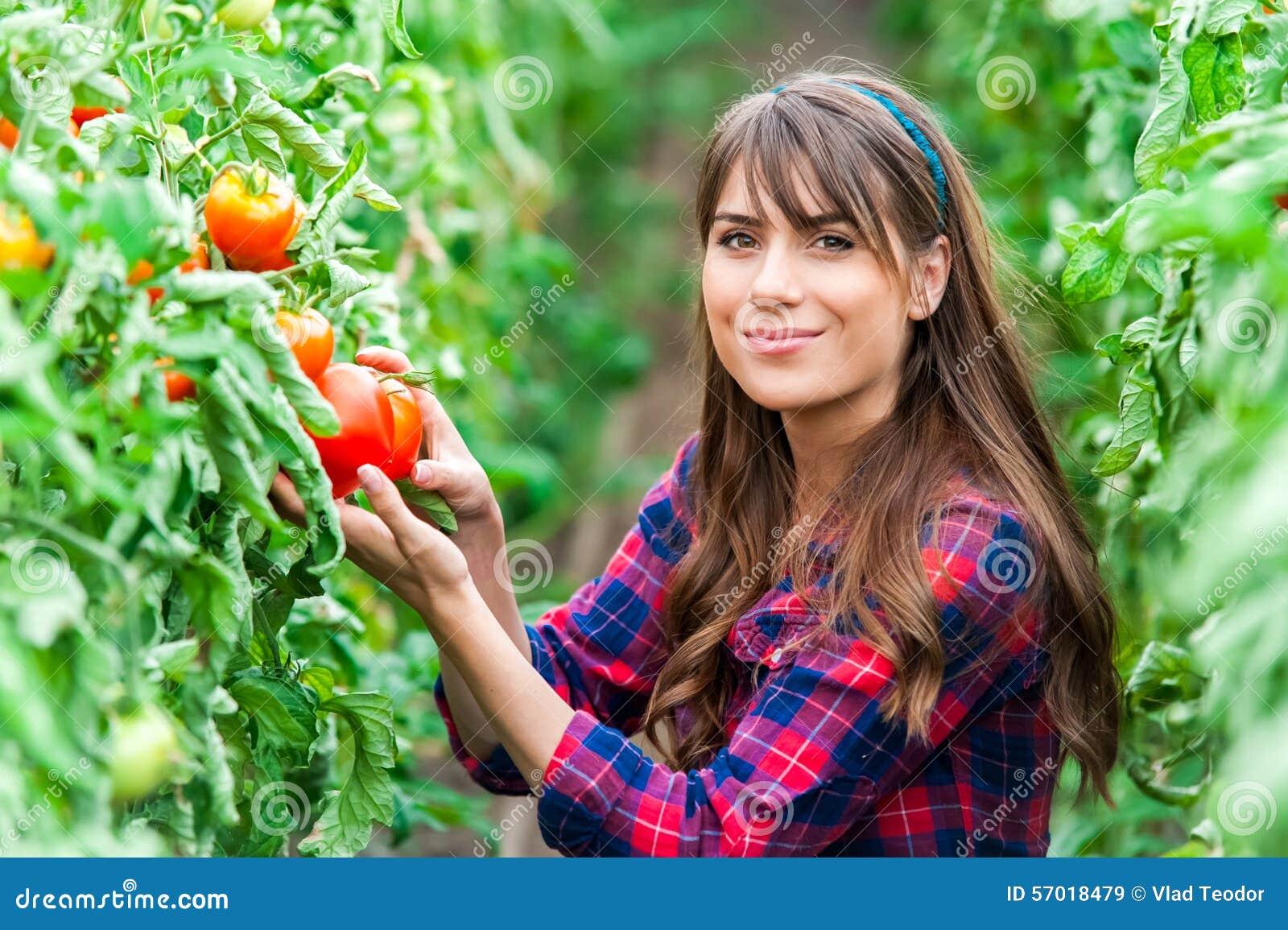 Mujer joven en un invernadero