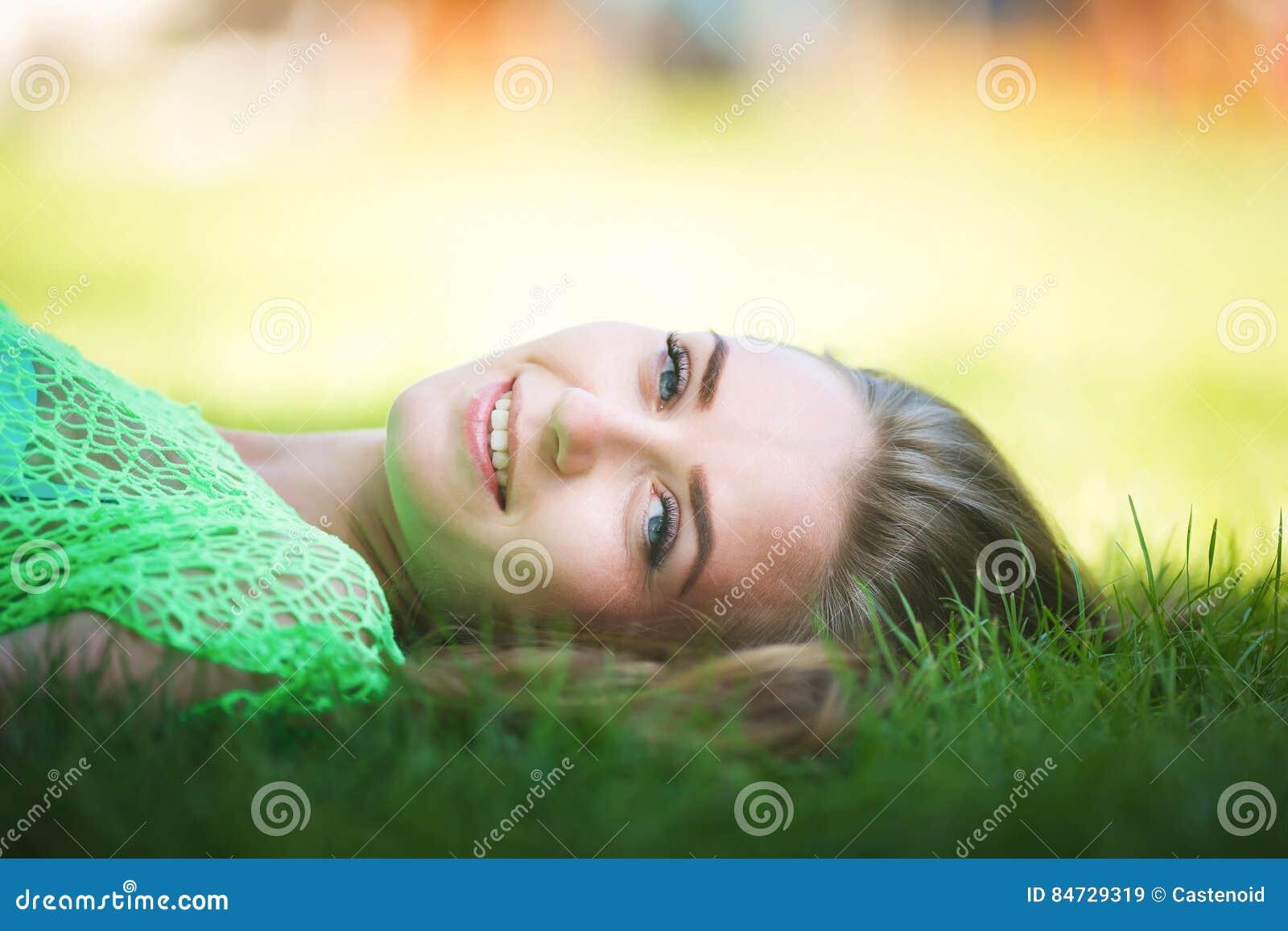 Mujer joven en un jardín