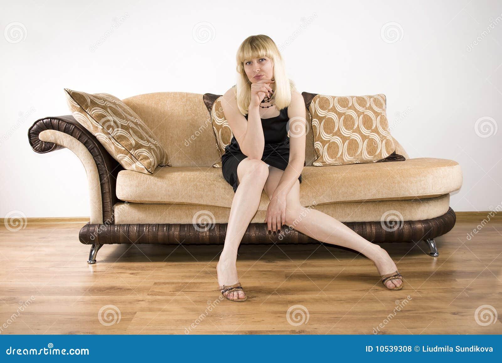 Mujer joven en un sofá