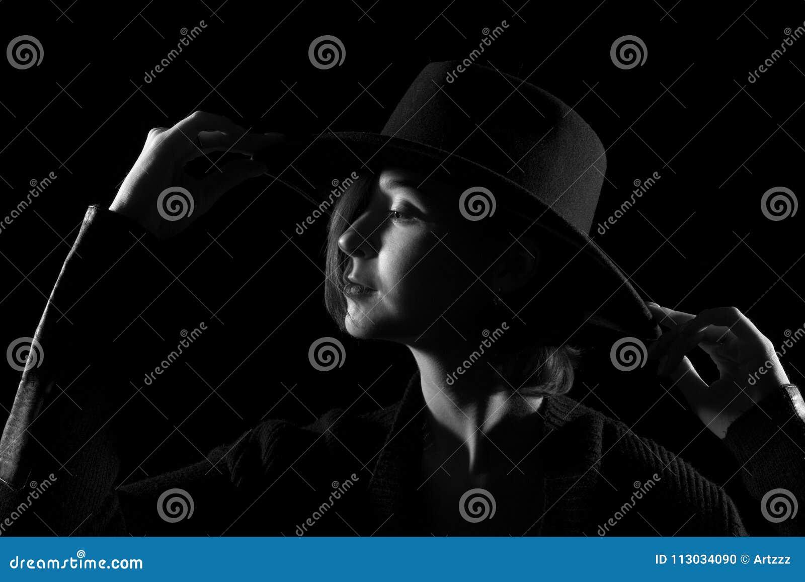 Mujer joven en un sombrero negro