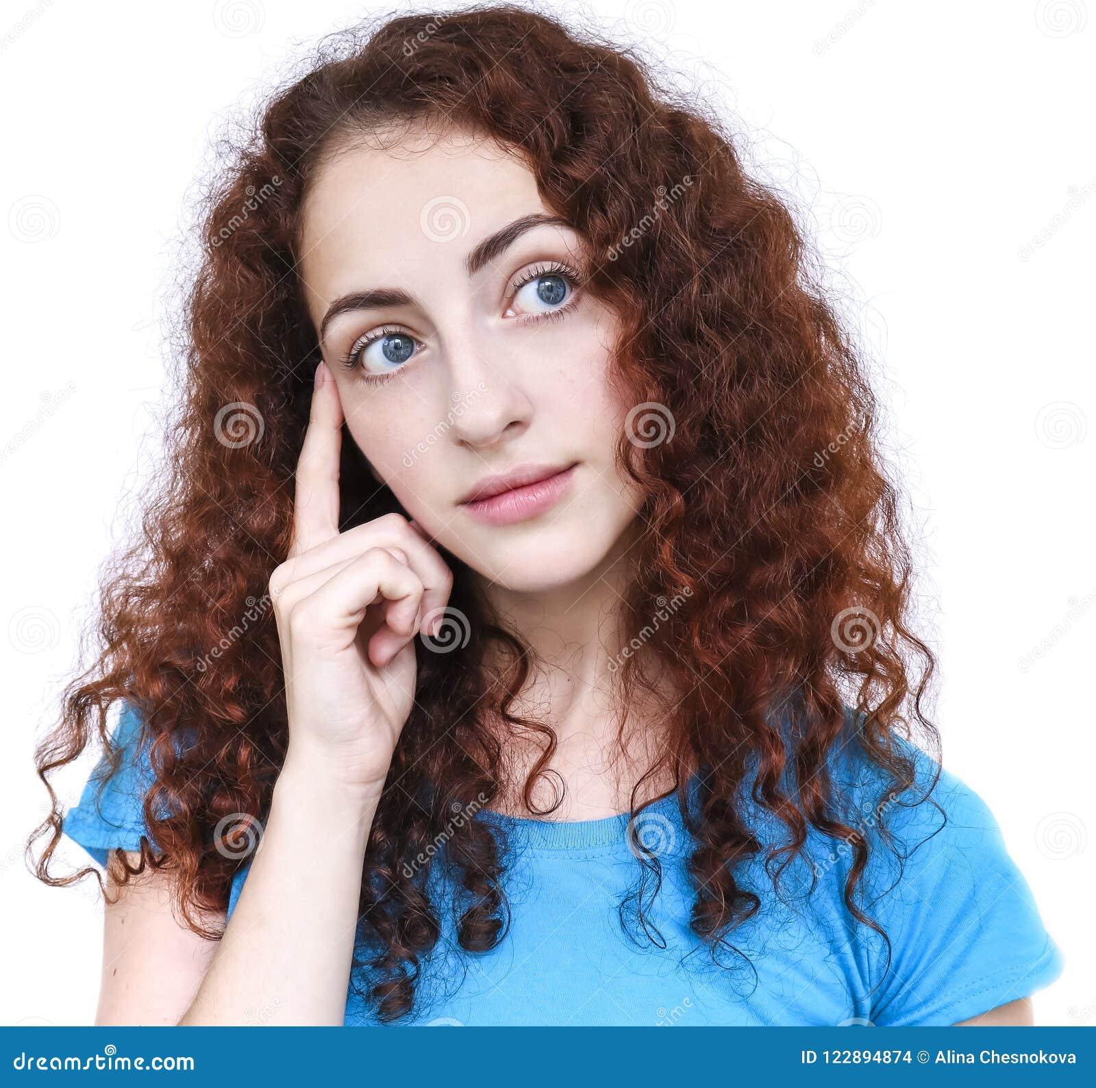 Mujer joven en una actitud pensativa