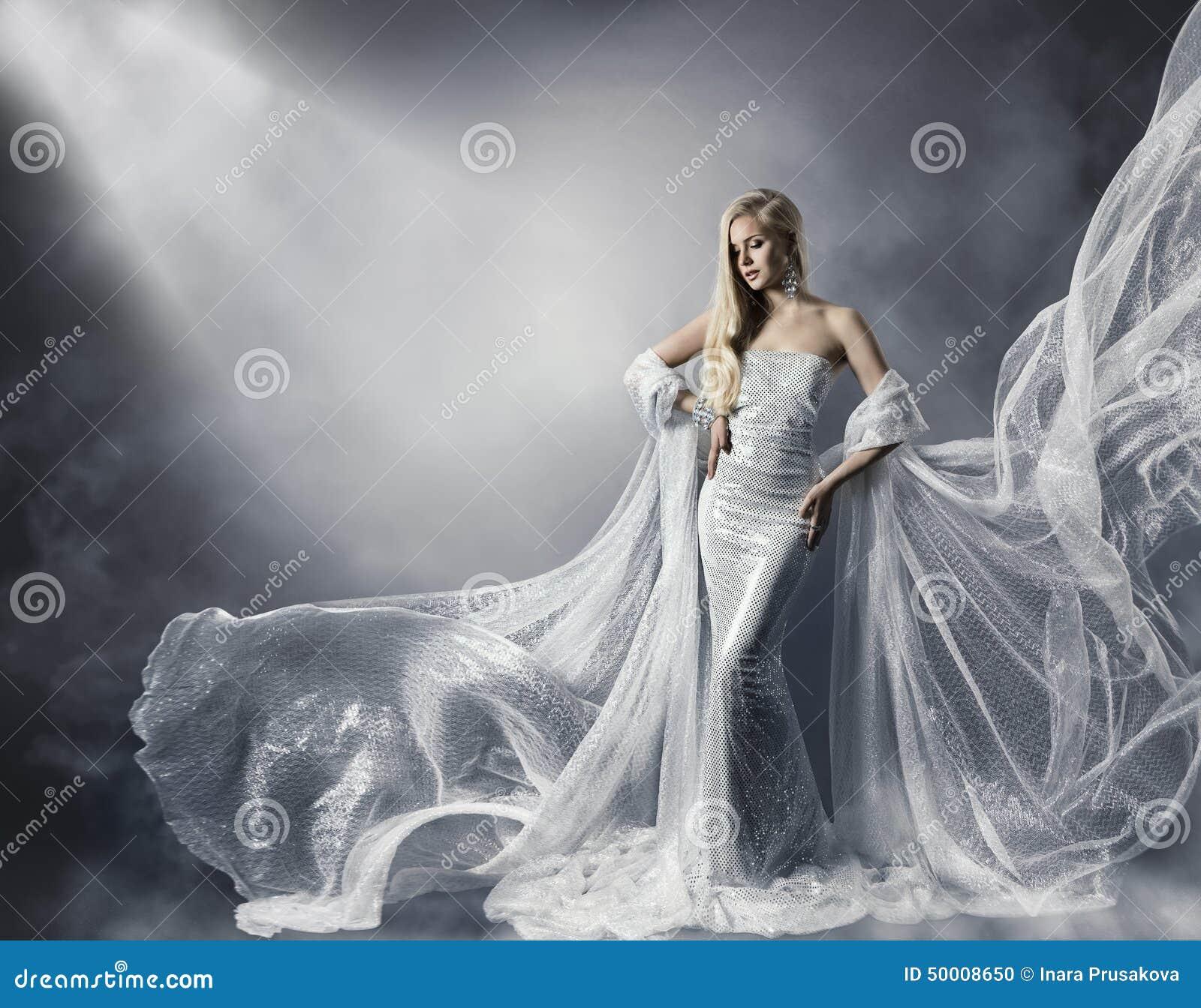 Mujer joven en vestido brillante de la moda, señora en ropa del vuelo, muchacha bajo luz de la estrella