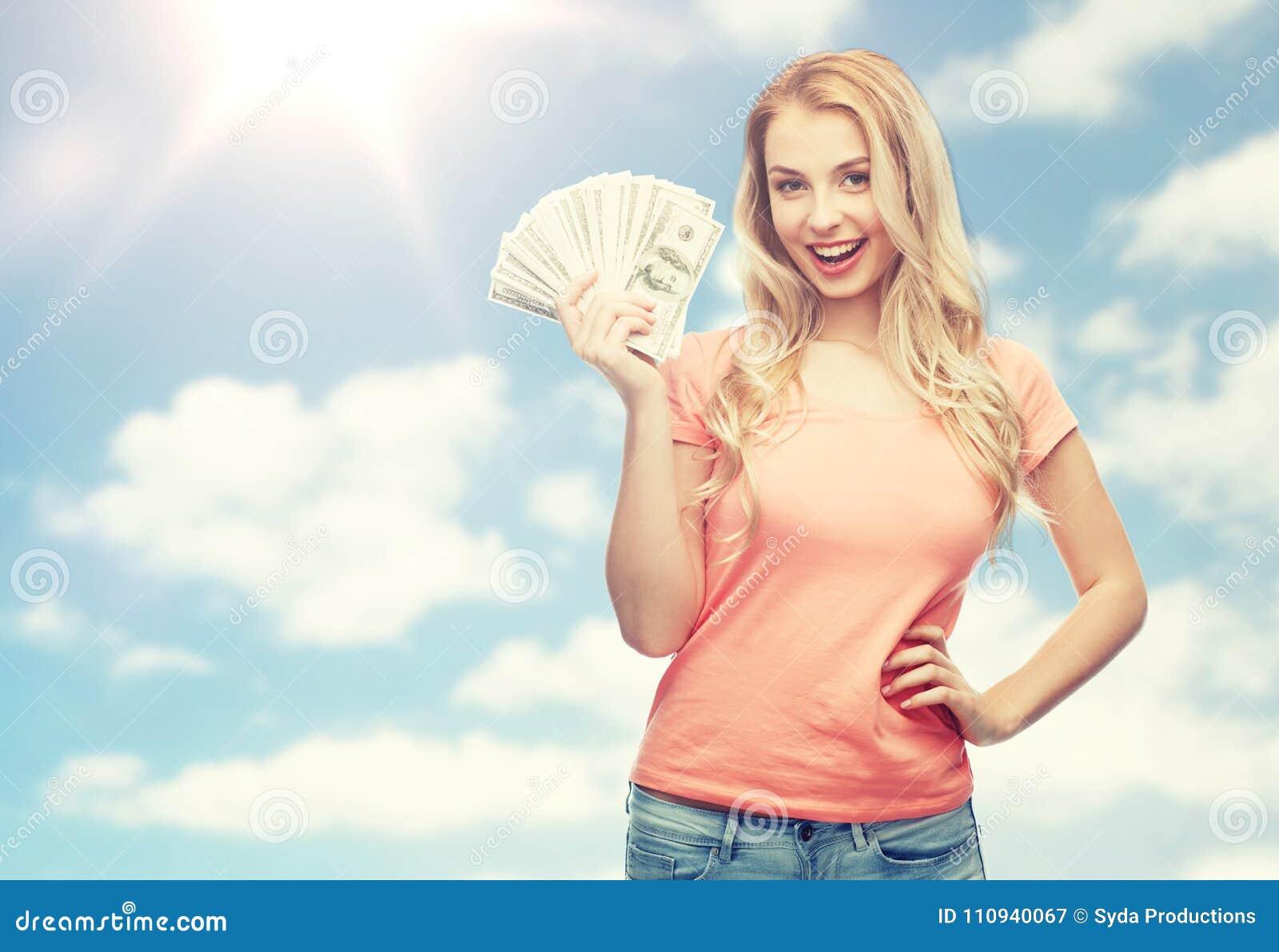 Mujer joven feliz con el dinero del efectivo del dólar de los E.E.U.U.