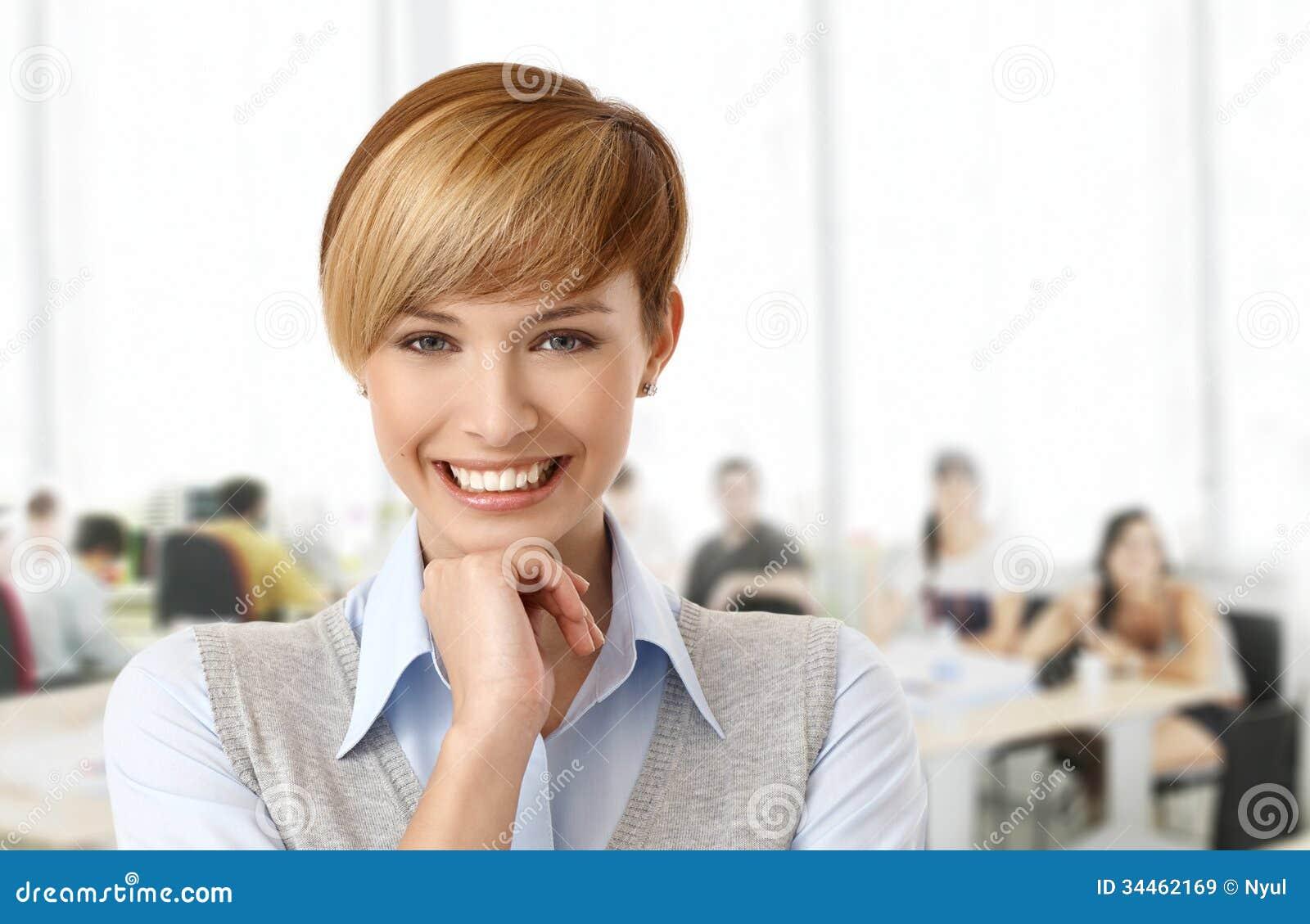 Mujer joven feliz en la oficina