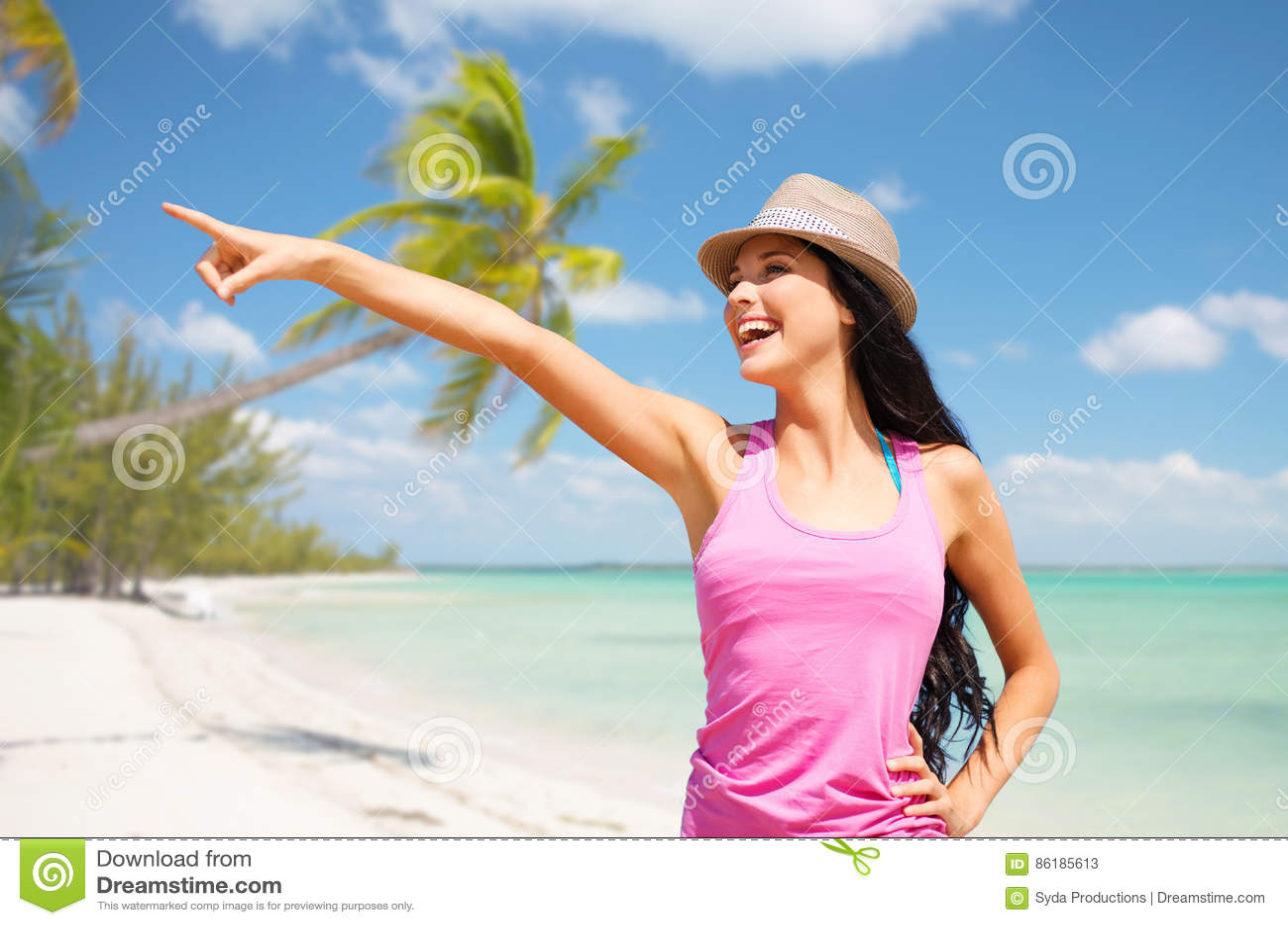 Mujer joven feliz en sombrero en la playa del verano
