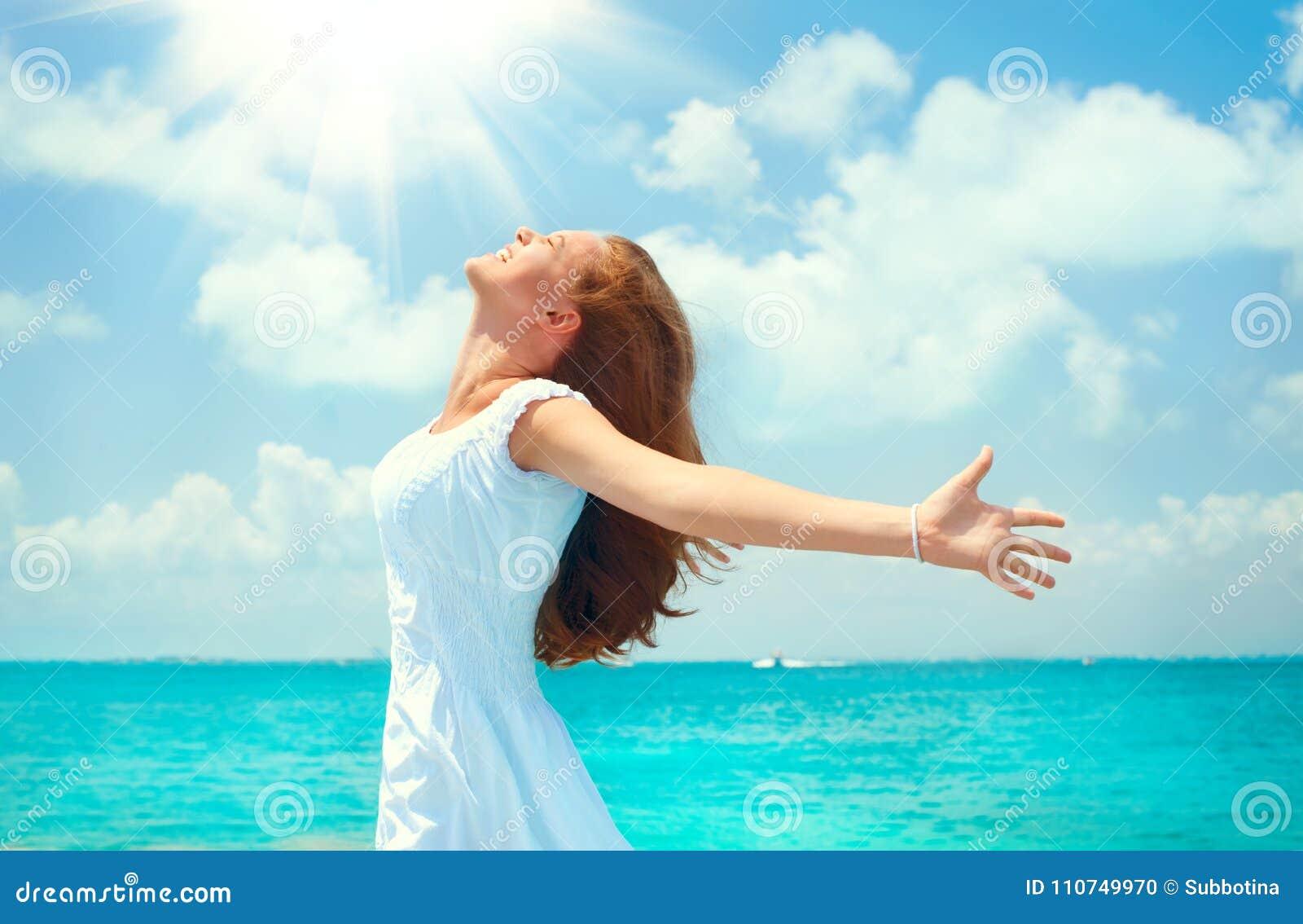 Mujer joven feliz hermosa en el vestido blanco en la isla de vacaciones tropical Concepto de las vacaciones Muchacha hermosa en e