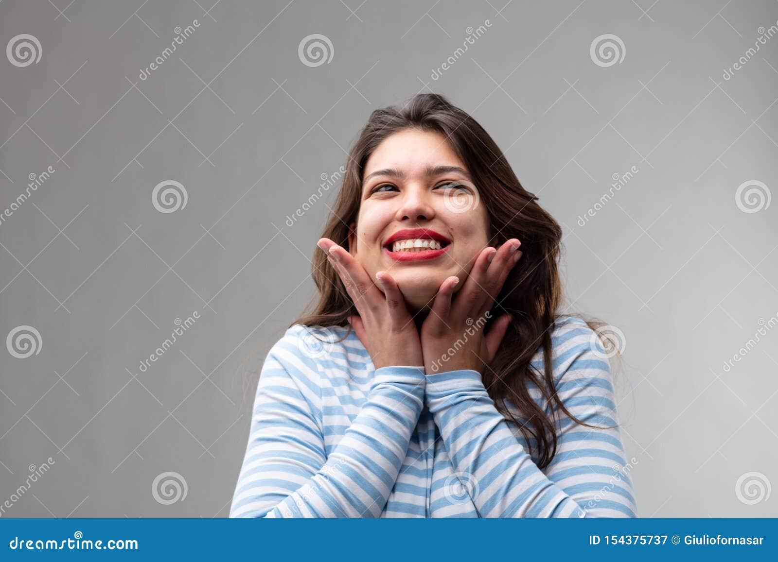 Mujer joven feliz llenada de esperanza