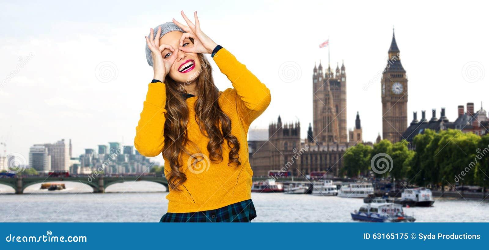 Mujer joven feliz o muchacha adolescente que se divierte