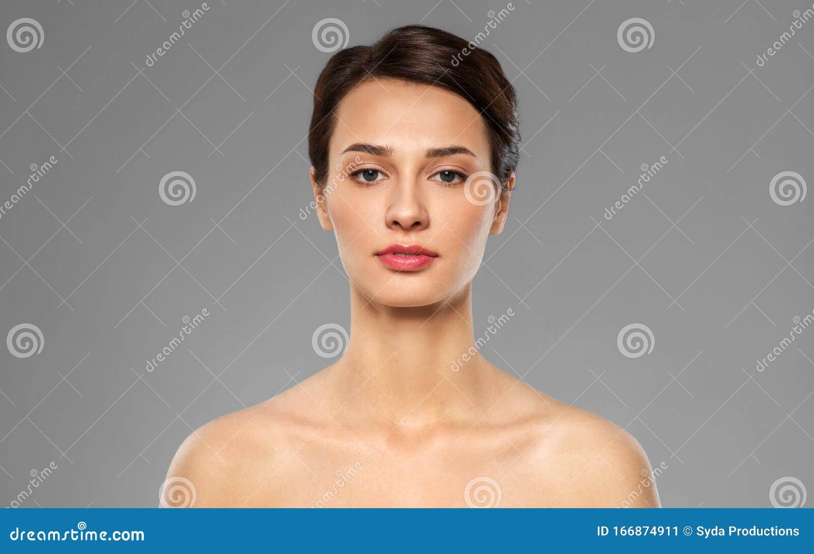 Retrato Una Guapa Chica Desnuda Con Piel Perfecta Aislada