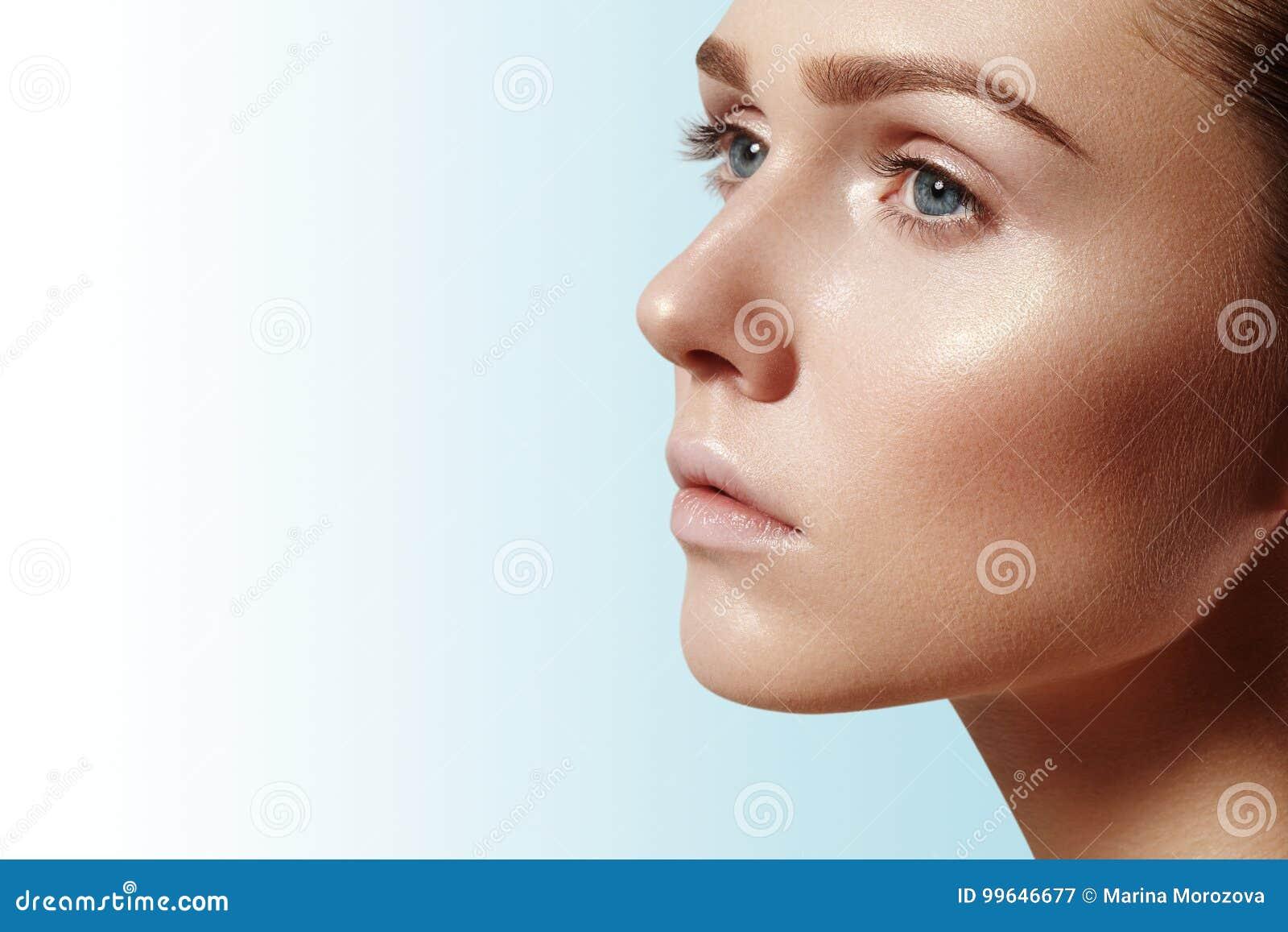 Mujer joven hermosa con la piel brillante limpia perfecta, maquillaje natural de la moda Mujer del primer, mirada fresca del baln