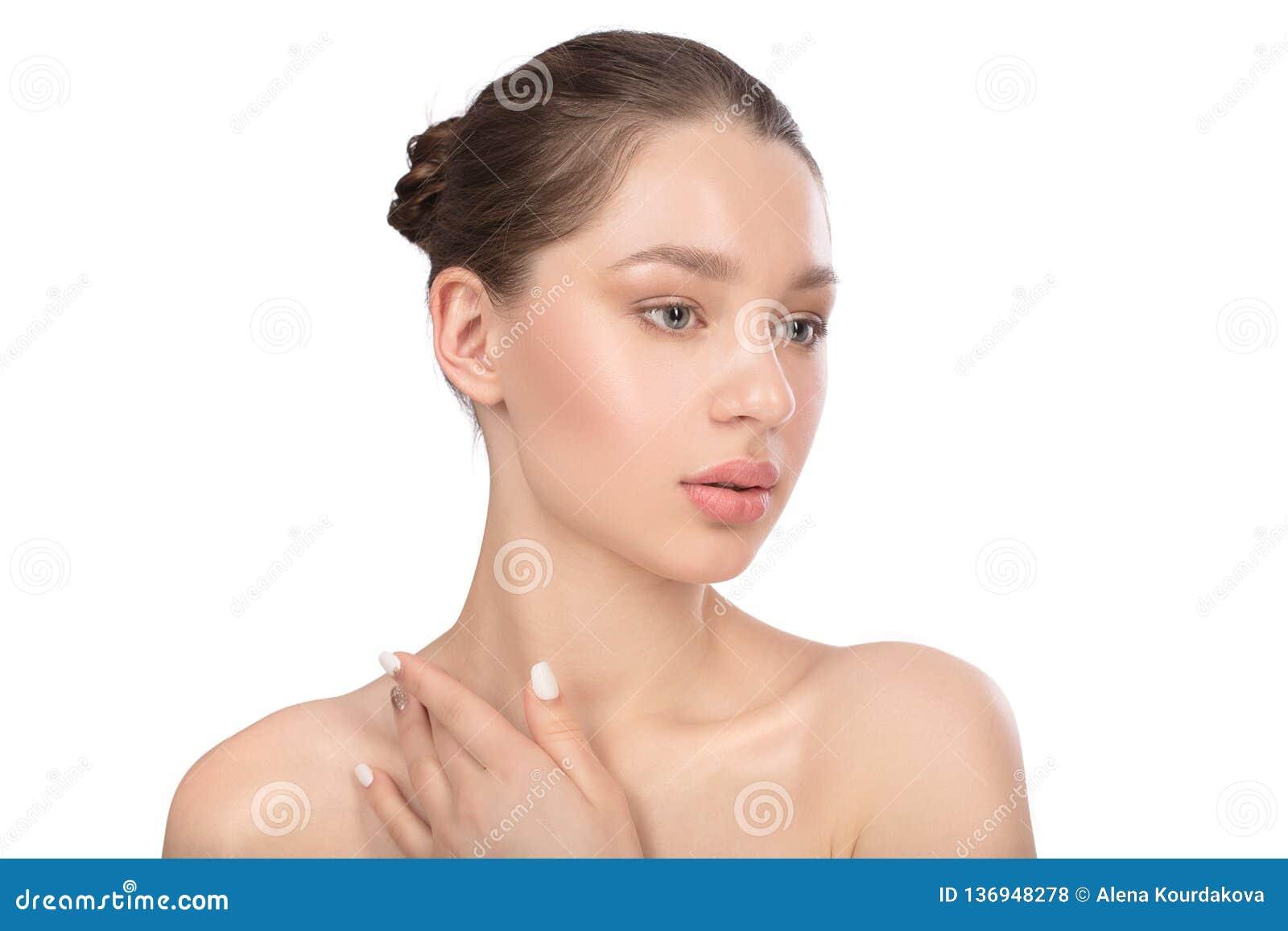 Mujer joven hermosa con la piel perfecta limpia Retrato de la belleza Spa