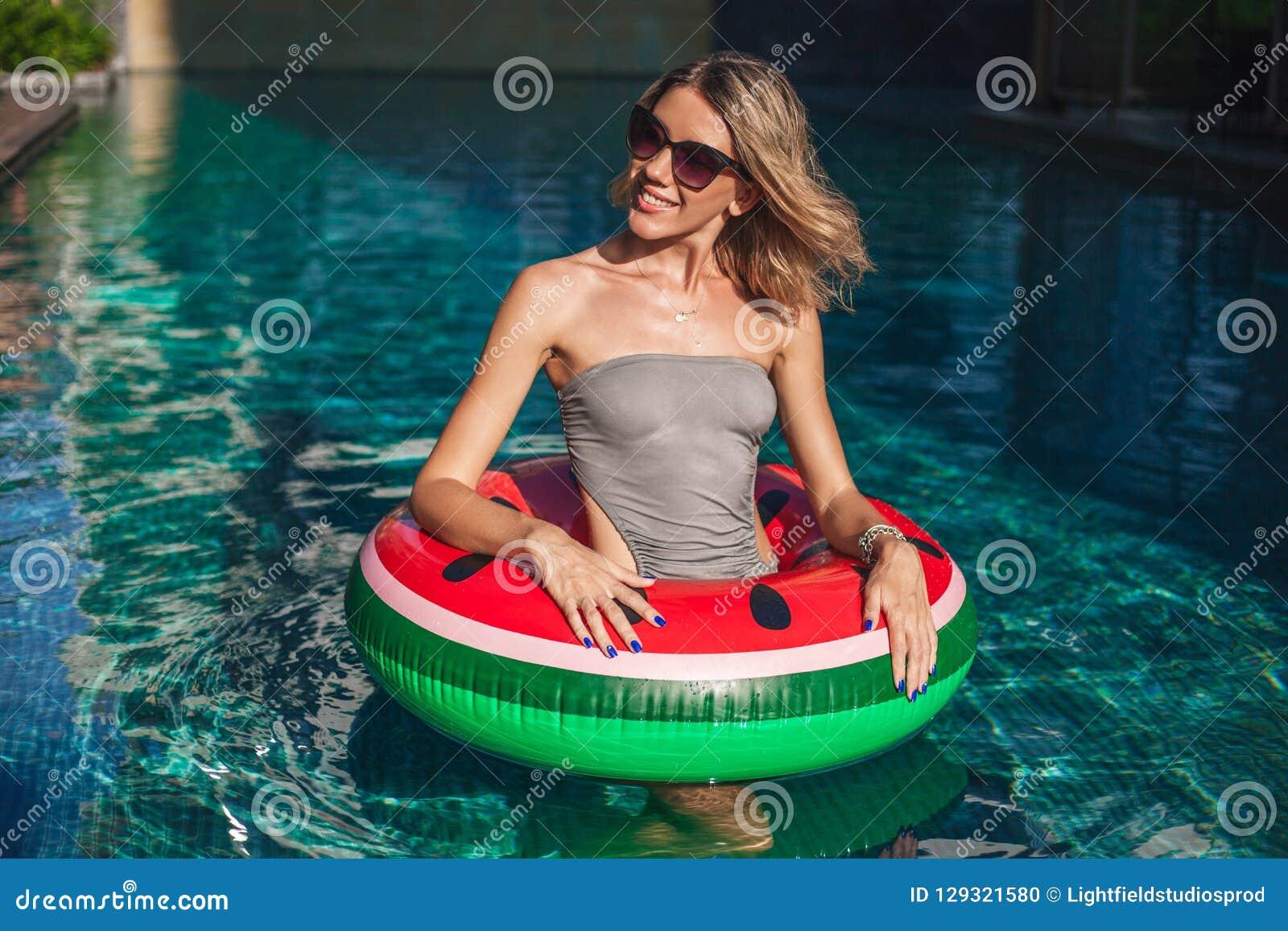 Mujer joven hermosa con la situación inflable del anillo