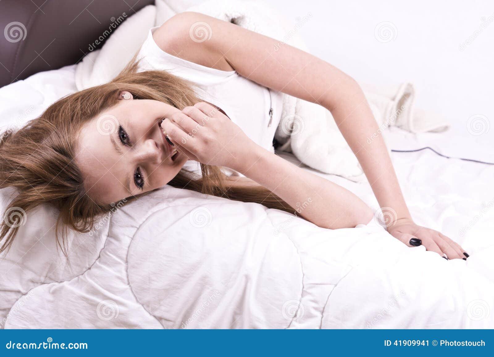 Mujer joven hermosa en cama