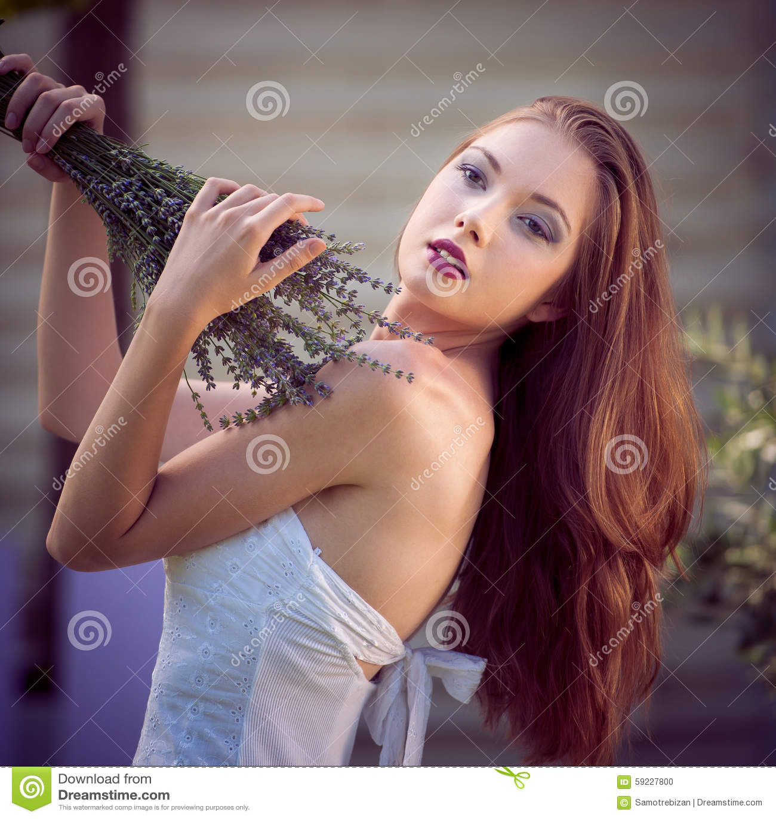Download Mujer Joven Hermosa En Campo De La Lavanda Foto de archivo - Imagen de lavanda, muchacha: 59227800