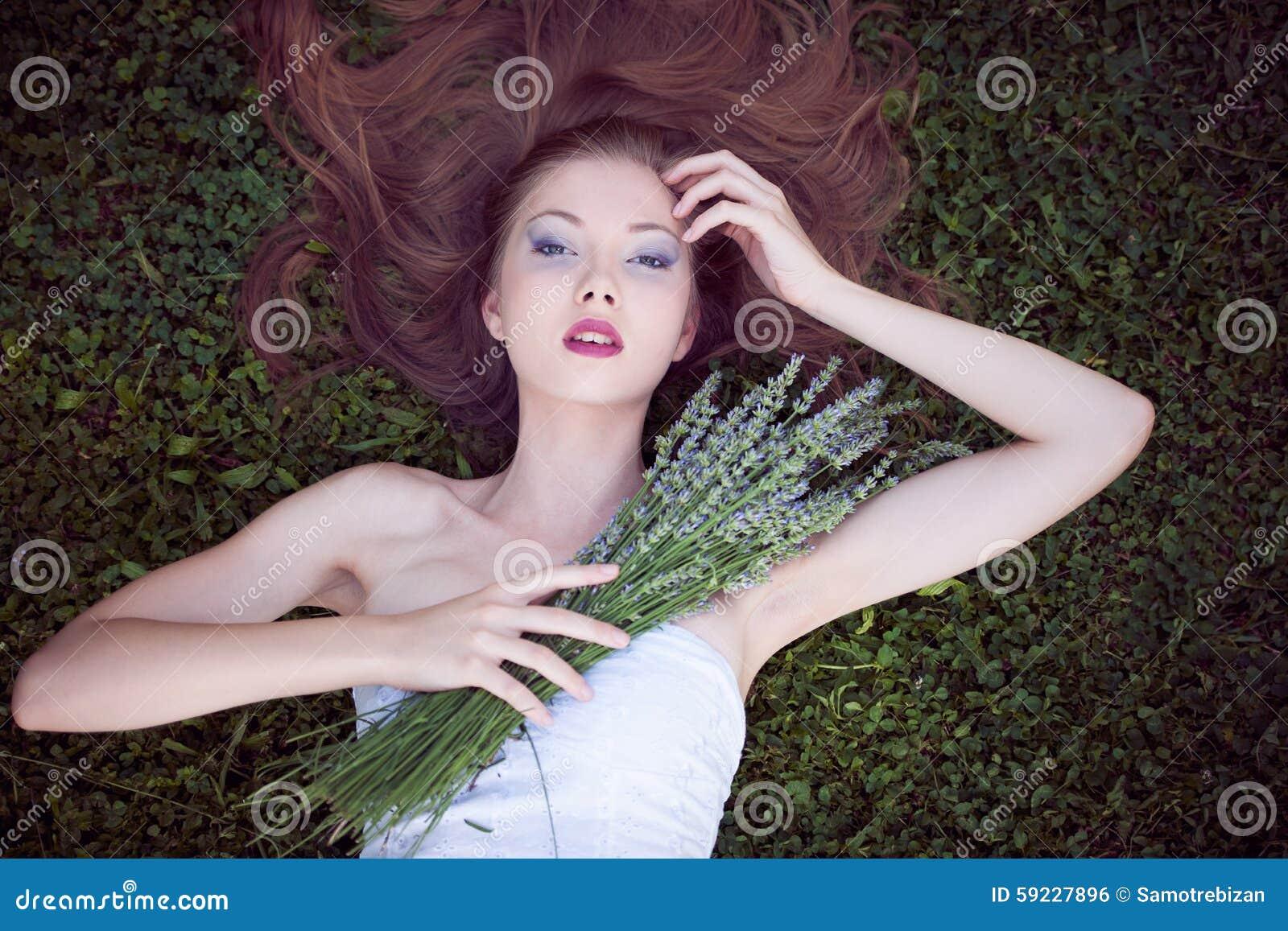 Download Mujer Joven Hermosa En Campo De La Lavanda Foto de archivo - Imagen de señora, lifestyles: 59227896