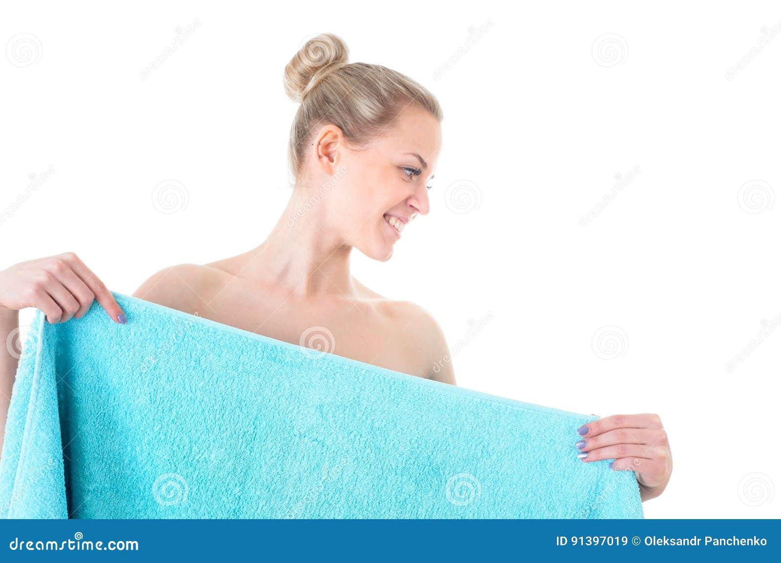 Mujer joven hermosa en la toalla azul sana y la belleza, aislada