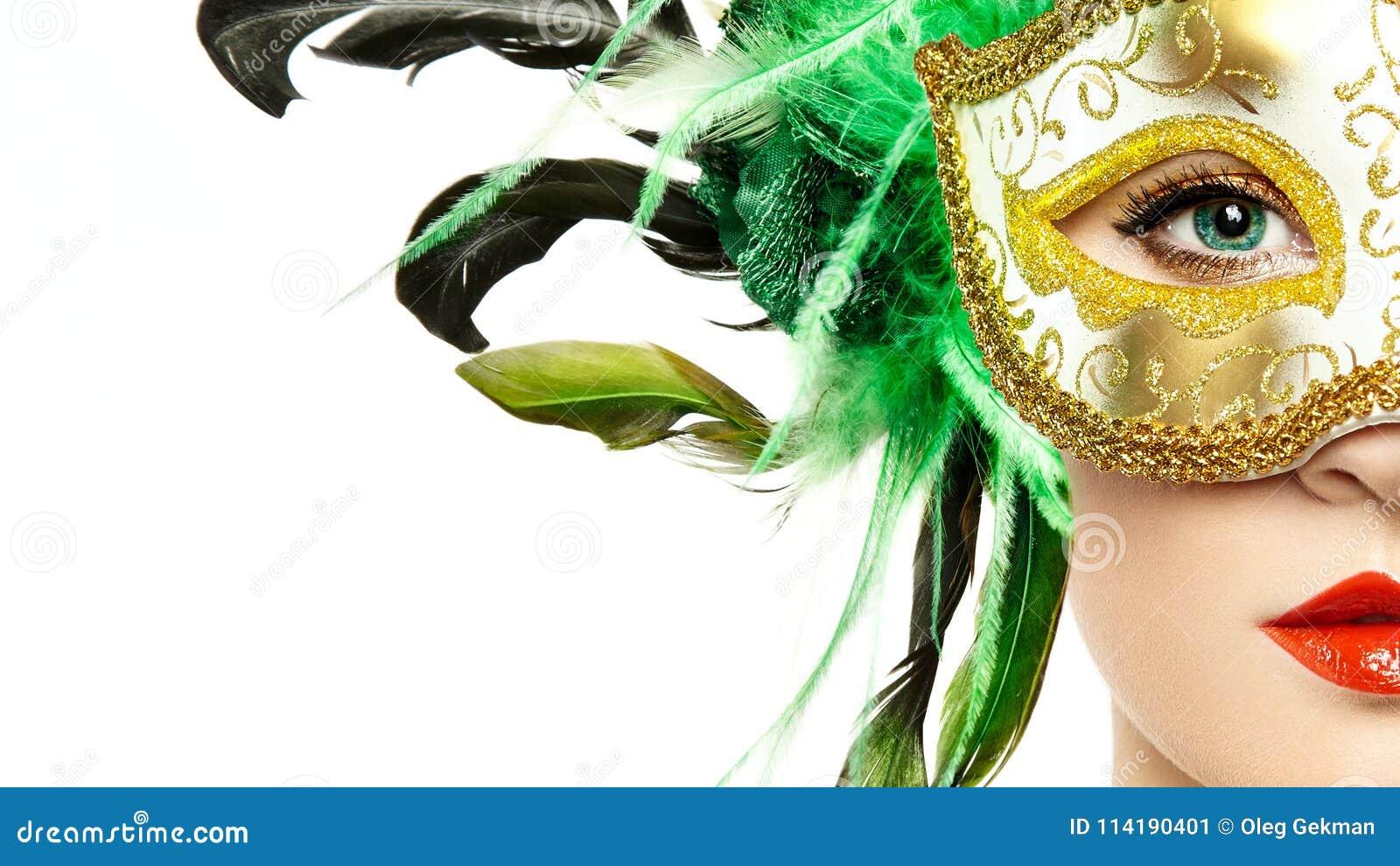 Mujer joven hermosa en máscara veneciana de oro misteriosa