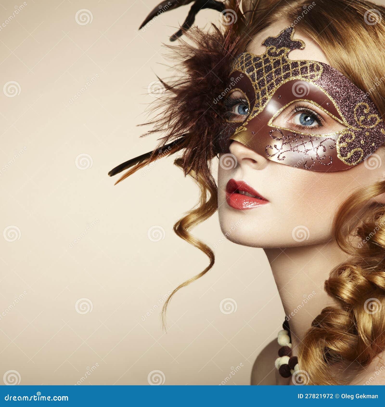 De barro la máscara para la persona con los minerales del mar muerto