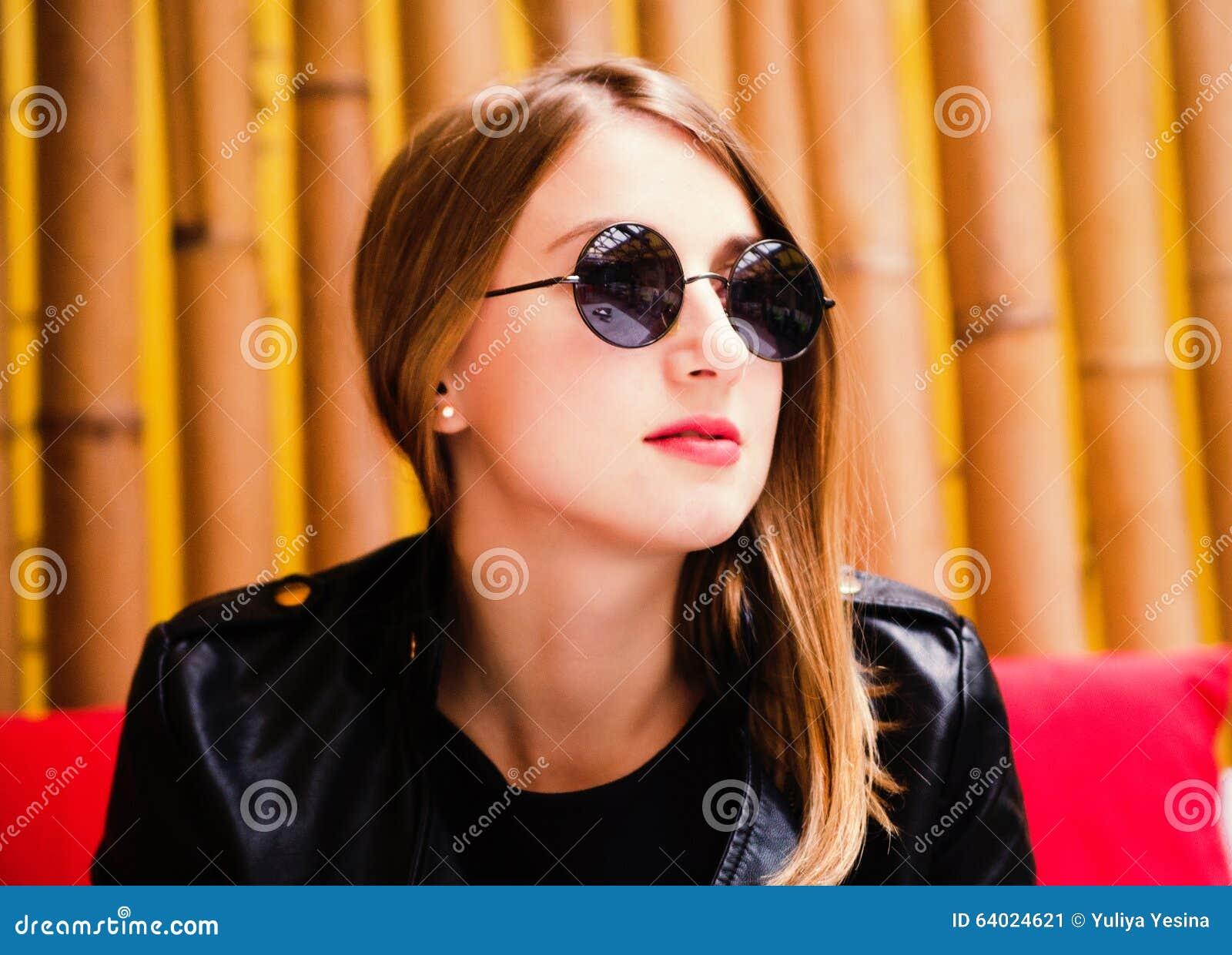8957bf4f4 Mujer Joven Hermosa En Un Estilo De La Roca Imagen de archivo ...