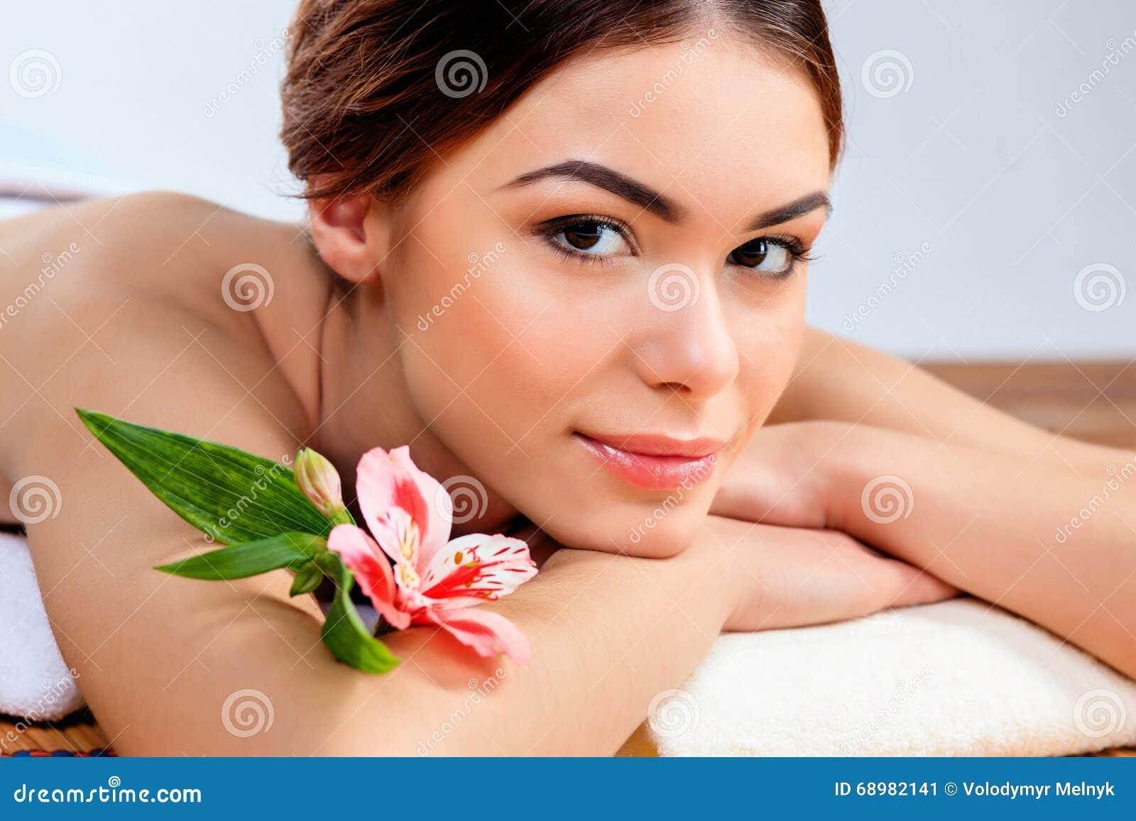 Mujer joven hermosa en un salón del balneario