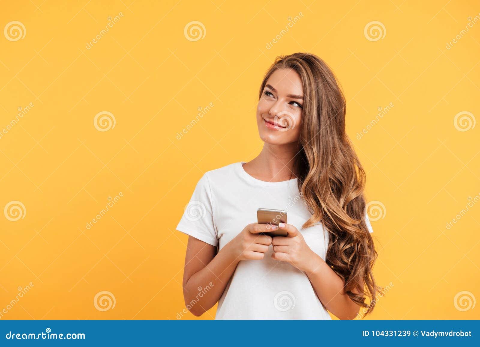 Mujer joven hermosa linda alegre que charla por el teléfono móvil