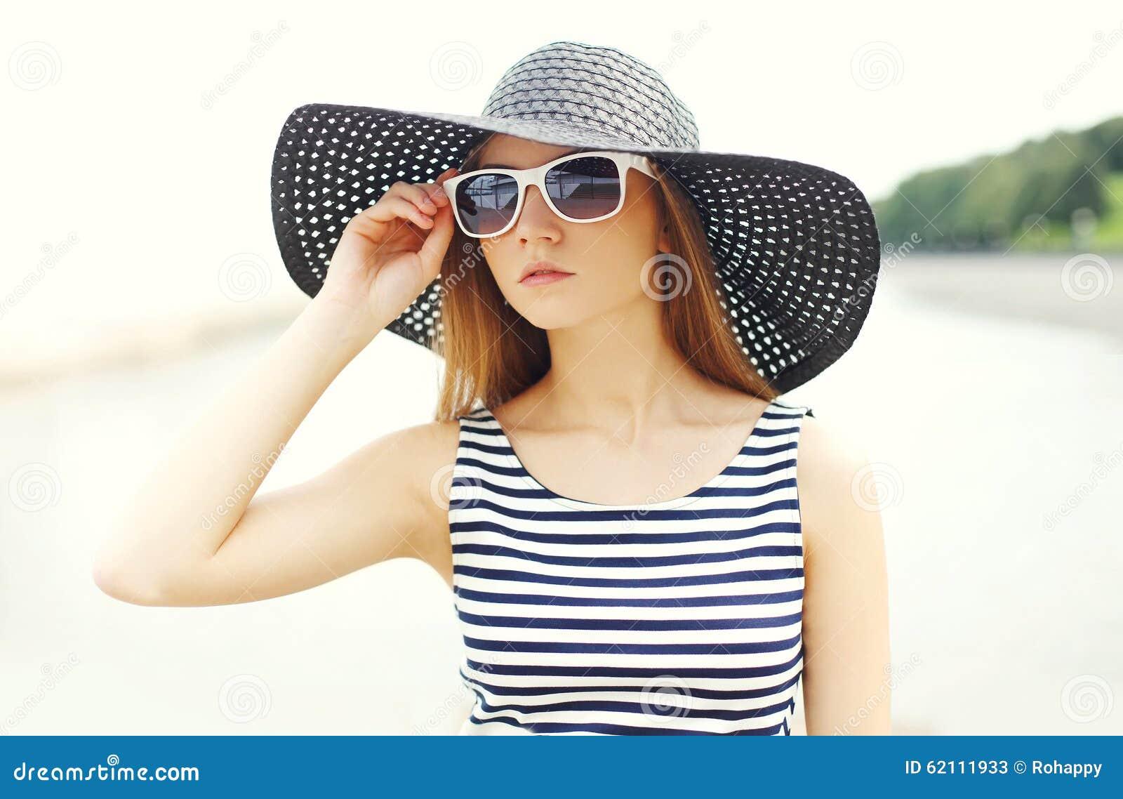 Mujer joven hermosa del retrato que lleva un vestido rayado 48f6b905386