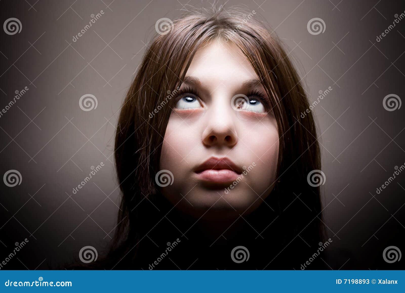 Mujer joven hermosa que mira para arriba