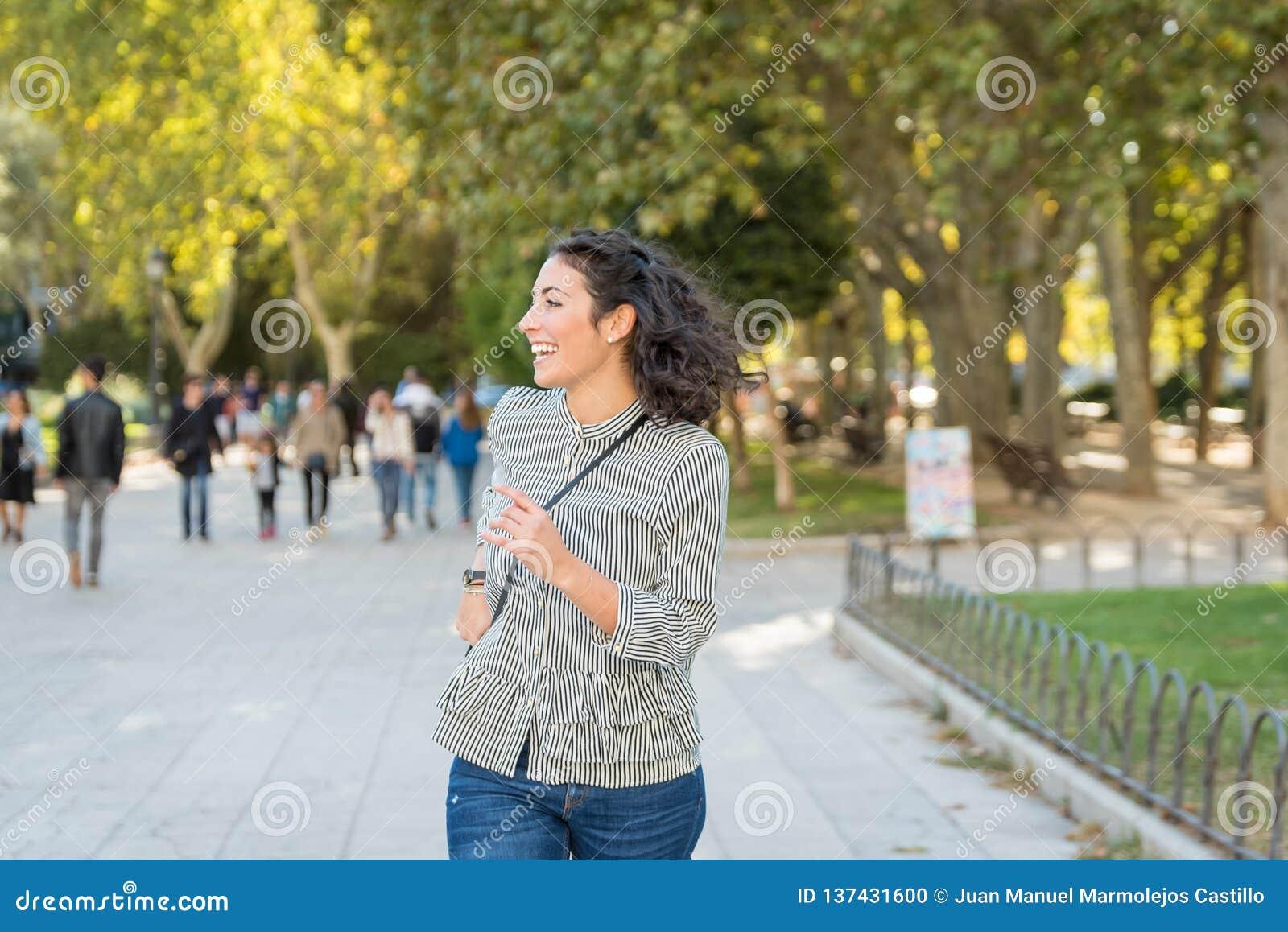 Mujer joven hermosa que se divierte en parque