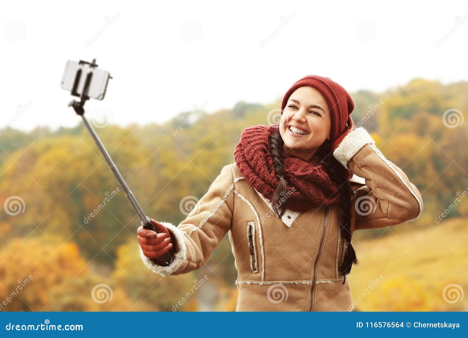 Mujer joven hermosa que toma las fotos