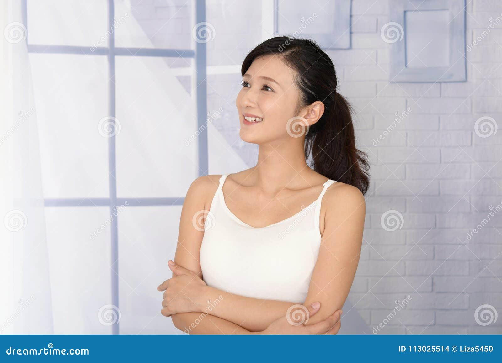 Mujer joven hermosa relajada