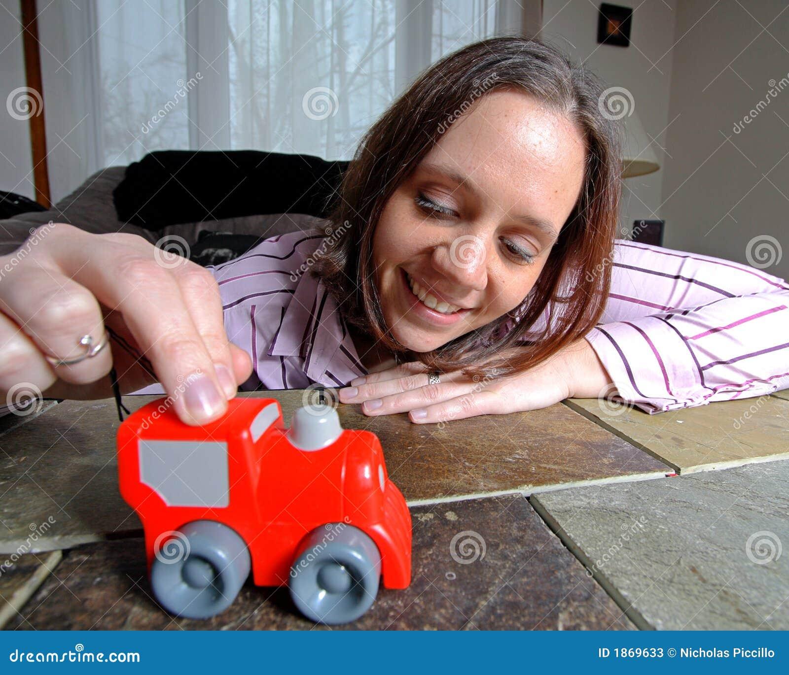 Mujer jugando con martillo