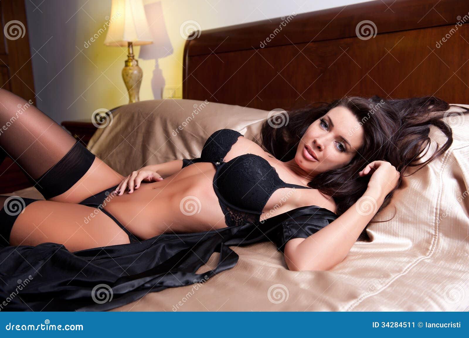 Mujer joven morena hermosa y atractiva que lleva la ropa interior negra en cama ropa interior - Hiba abouk en ropa interior ...