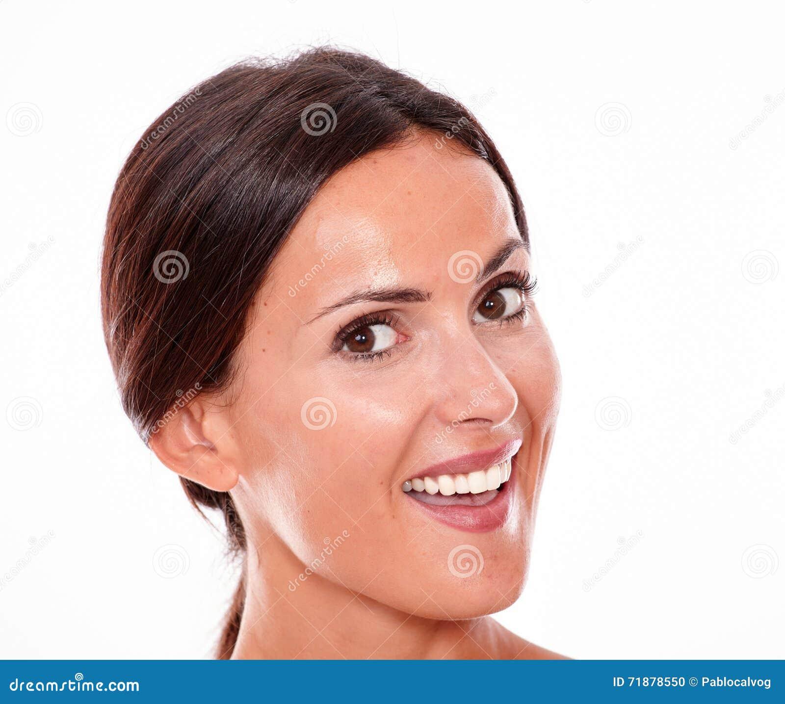 Mujer joven morena sonriente atractiva solamente