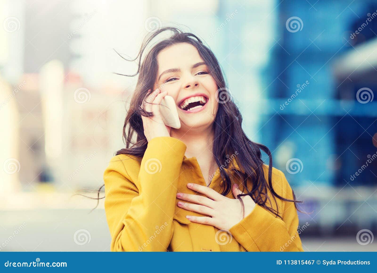 Mujer joven o muchacha sonriente que invita a smartphone