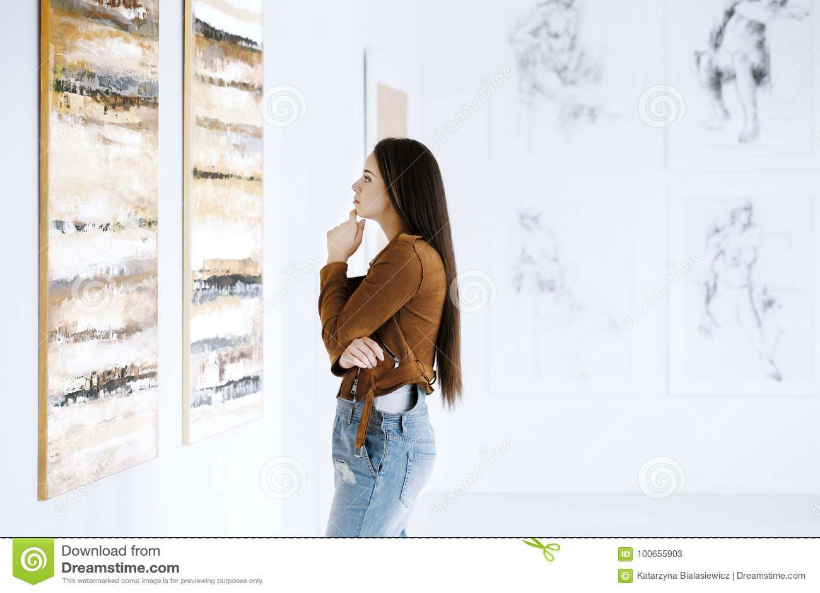 Mujer joven observando la pintura