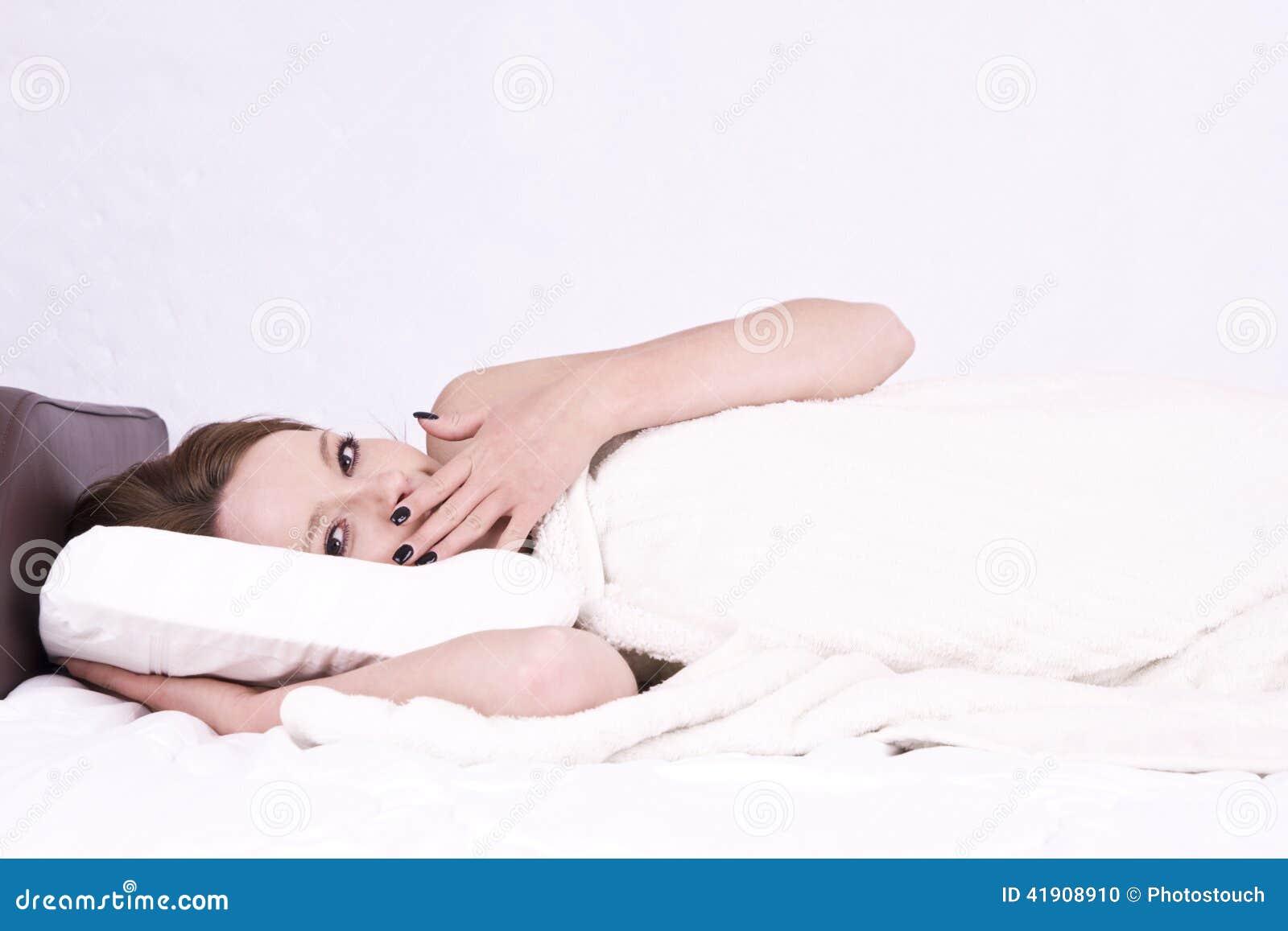 Mujer joven a permanecer en cama